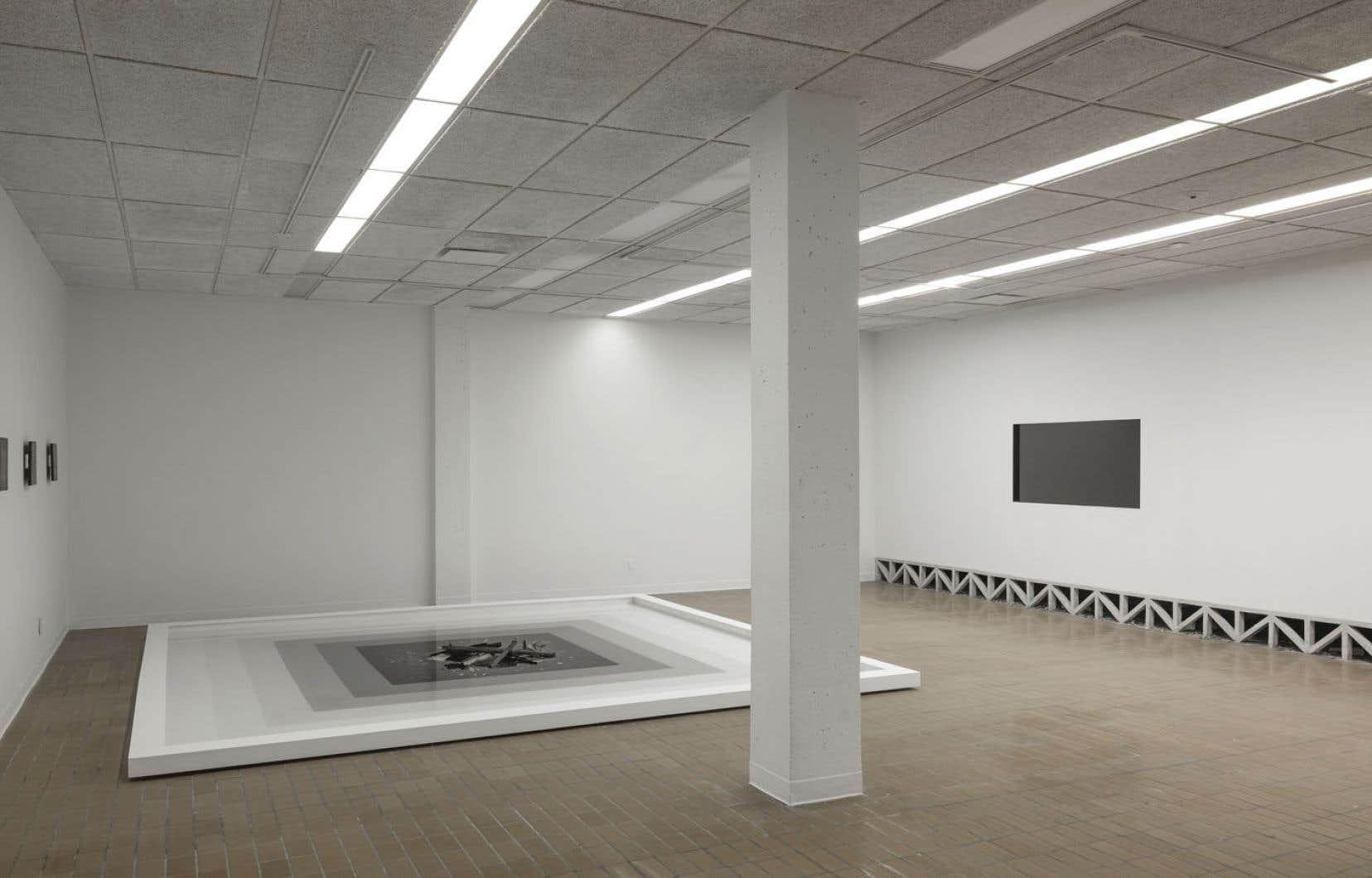 Au sol repose l'élément le plus imposant de Ce qu'il reste du monde : un bassin d'eau de format carré qui s'apparente, si on le mettait à la verticale, à une précédente peinture de l'artiste.