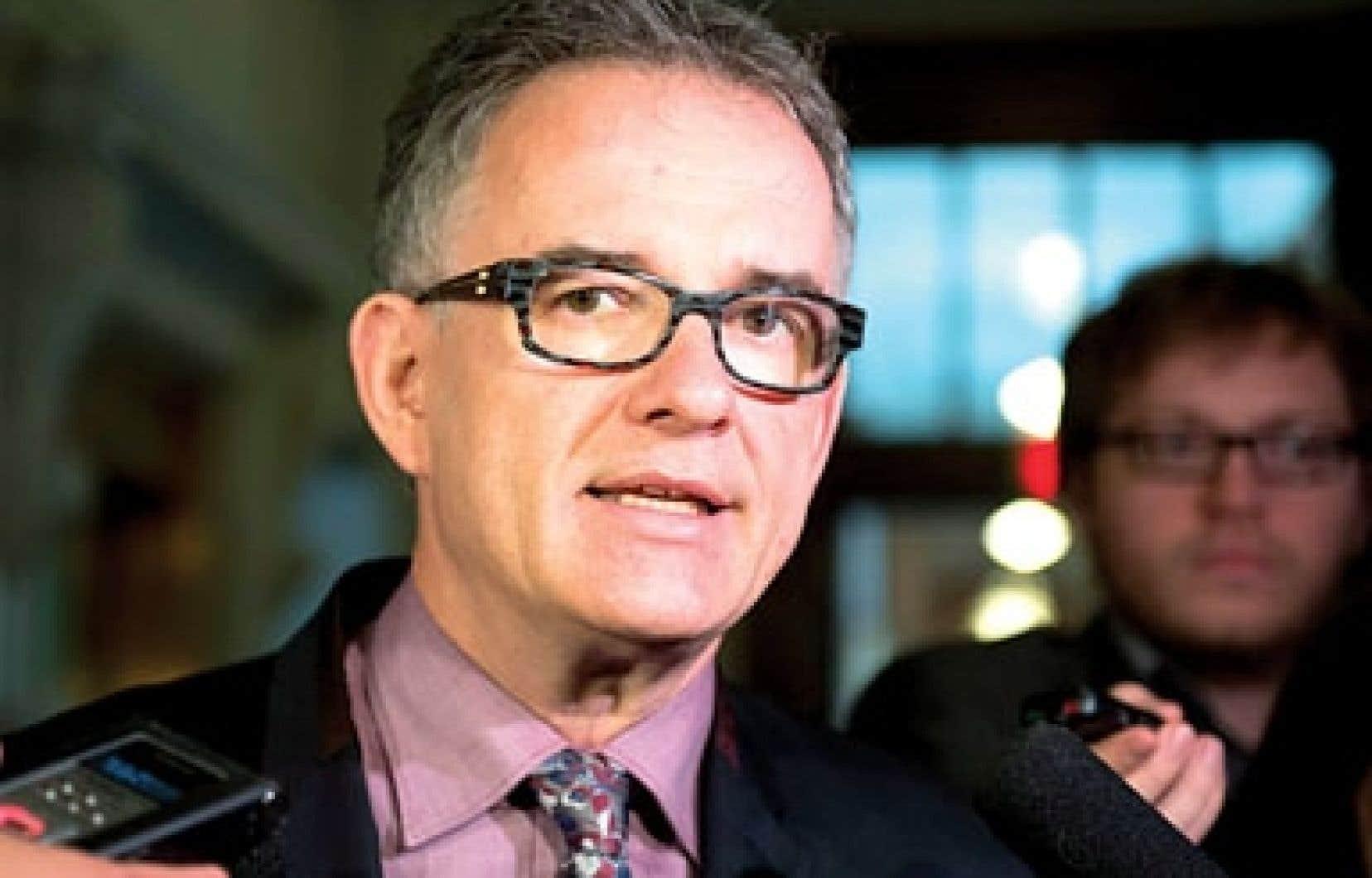 En commission parlementaire, le ministre Réjean Hébert est allé à l'encontre des experts de la santé publique qui se sont prononcés la semaine dernière contre la vente d'alcool aux tables de jeu, considérée comme un facteur de risque pour le jeu pathologique.