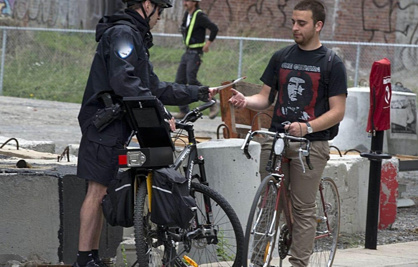 La police de Montréal s'installe à une intersection achalandée et donne des contraventions aux cyclistes jugés délinquants…