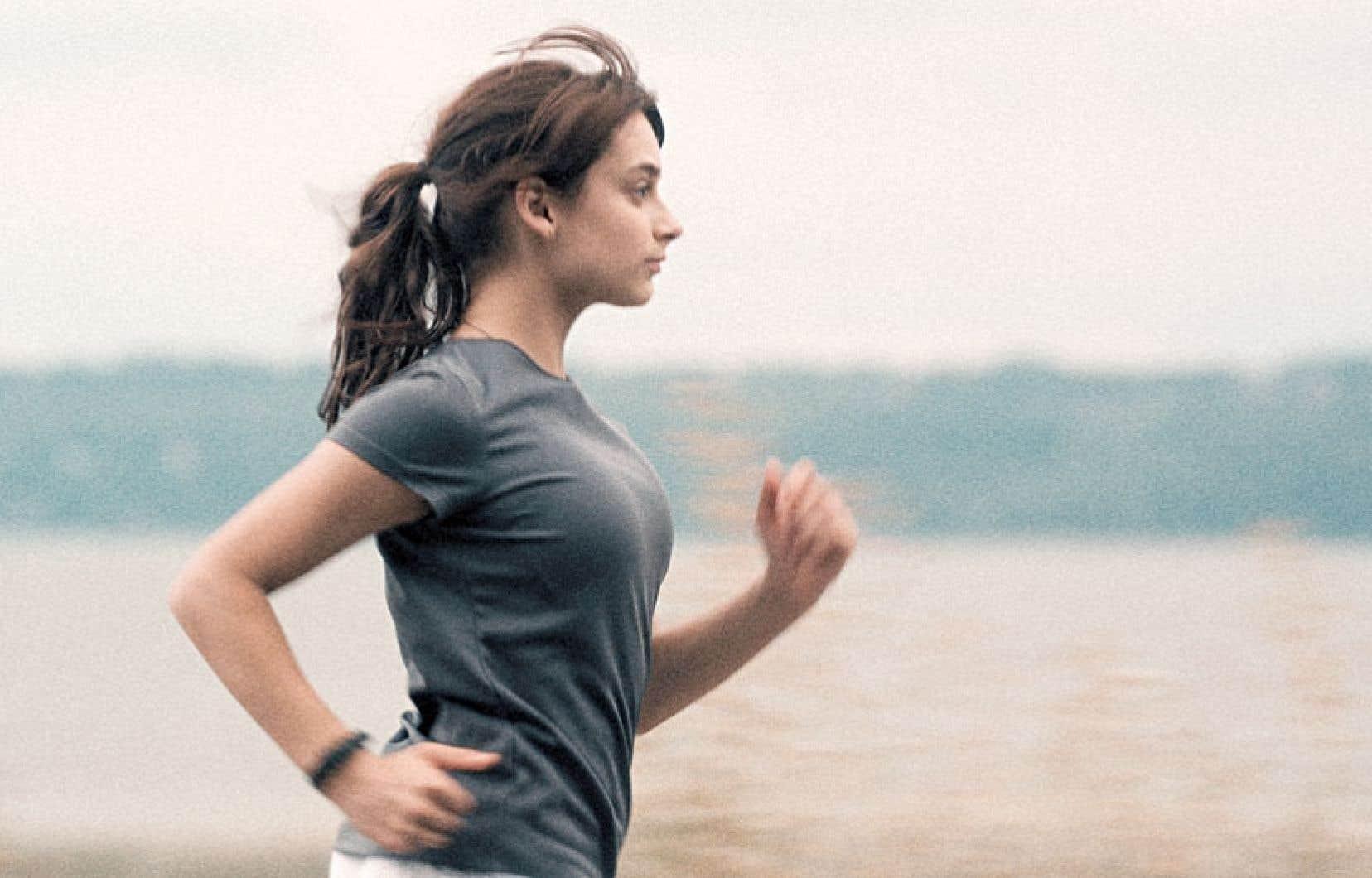 Sophie Desmarais interprète Sarah, une coureuse de demi-fond, peu loquace et dévouée à son sport.