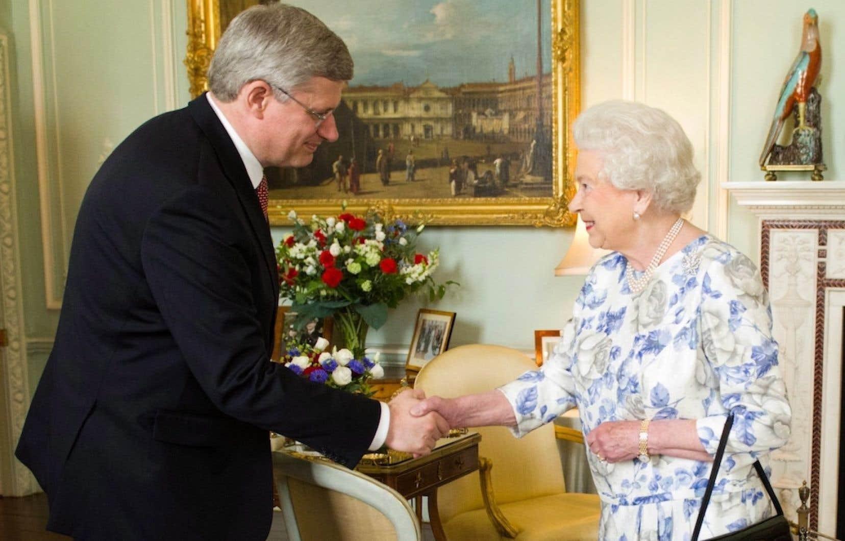 Stephen Harper et la reine Elizabeth II au Palais de Buckingham, en 2012.