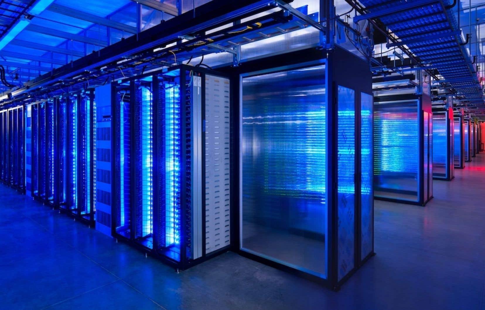 Un des salle des serveurs de Facebook, à Prineville, Oregon. Depuis 2007 au moins, la très secrète National Security Agency, chargée du renseignement électromagnétique aux États-Unis, collecte directement toutes les données qui l'intéressent sur les serveurs des géants américains de l'Internet.