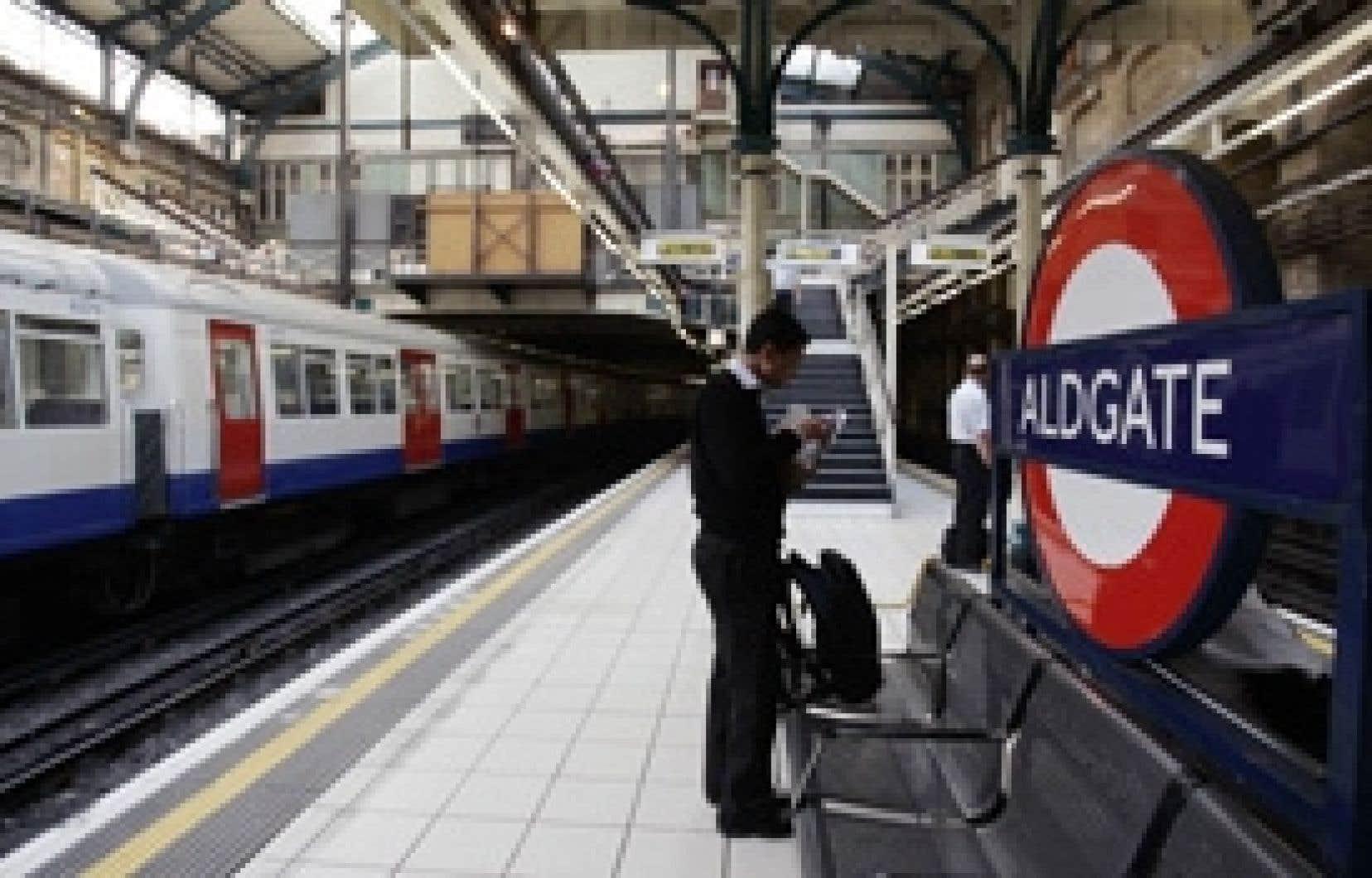 Un passager attend son train dans une station du métro de Londres. Metronet, le principal prestataire privé du métro de Londres, a essuyé un revers lundi en se voyant refuser par le régulateur de ces PPP la rallonge de 551 millions de livres (enviro