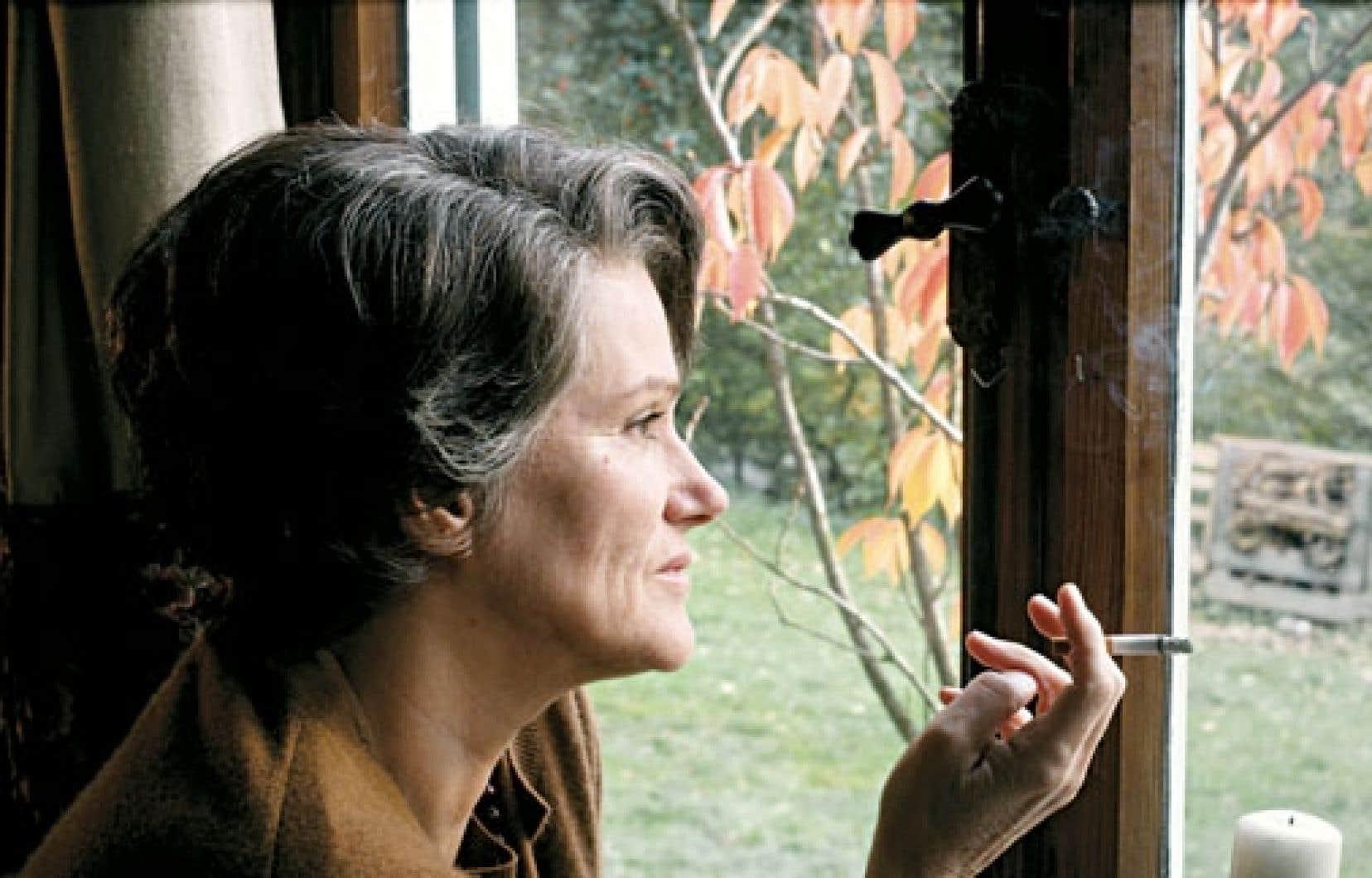À Barbara Sukowa incombe la tâche de camper un personnage très brillant et implacable, mais gardant une humanité.