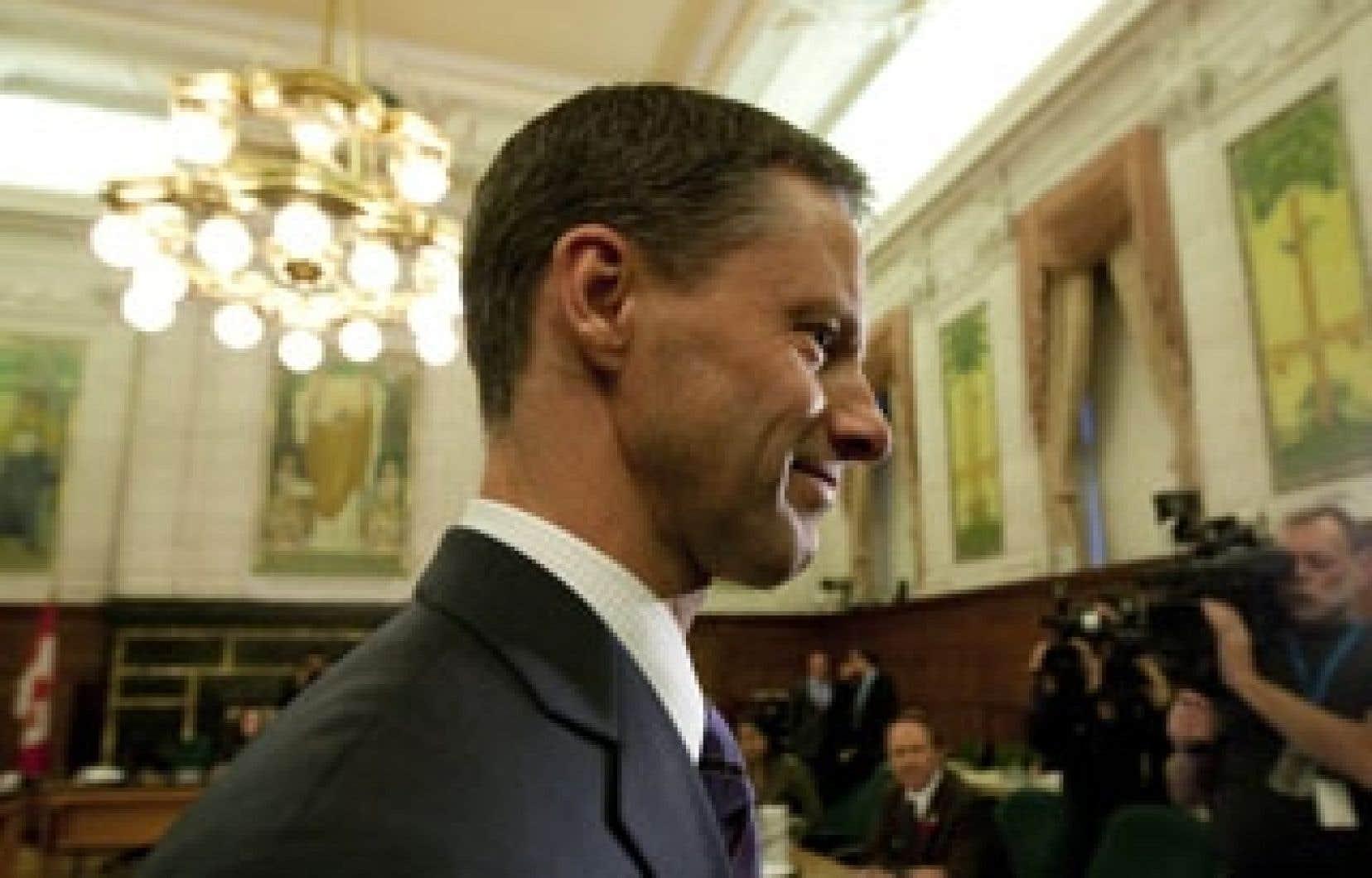 Dans le cadre de ses fonctions, Nigel Wright a versé à Mike Duffy un montant de 90 000 $ afin que ce dernier puisse retourner au Sénat les indemnités qu'il avait touchées à tort et que la Chambre haute lui demandait de rembourser. M. Duffy était alors sénateur conservateur.