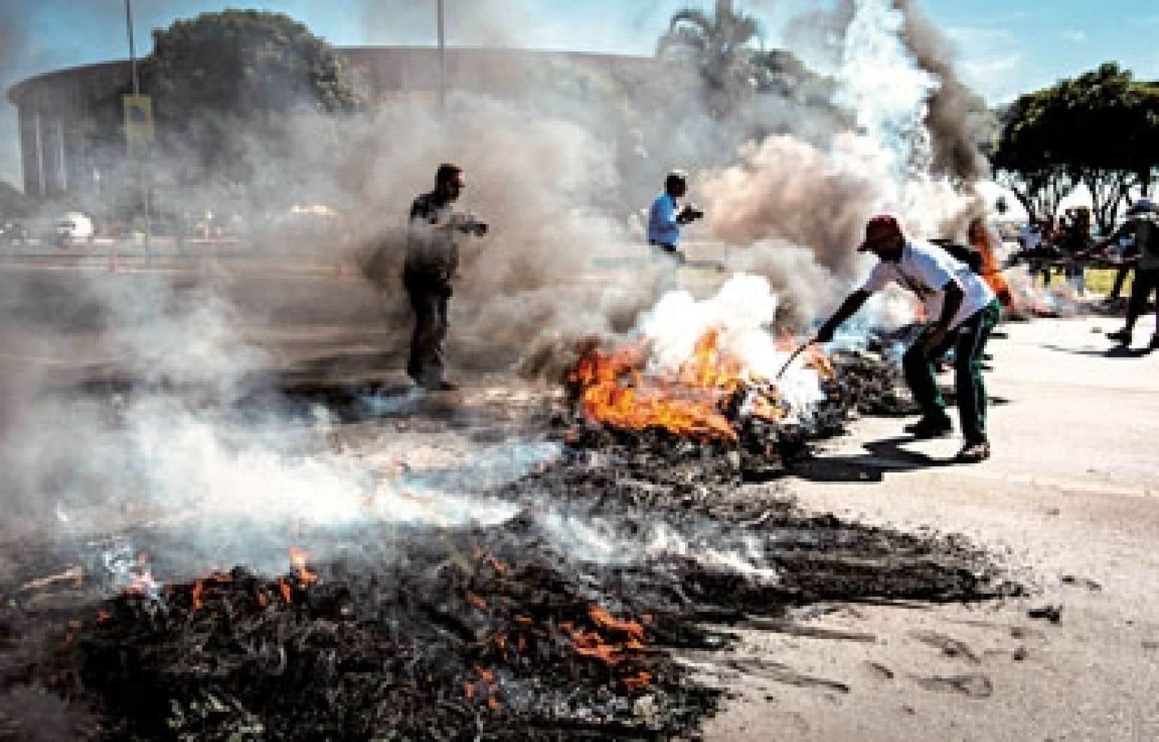 <div> Des protestataires ont mis le feu à des pneus à Brasilia.</div>