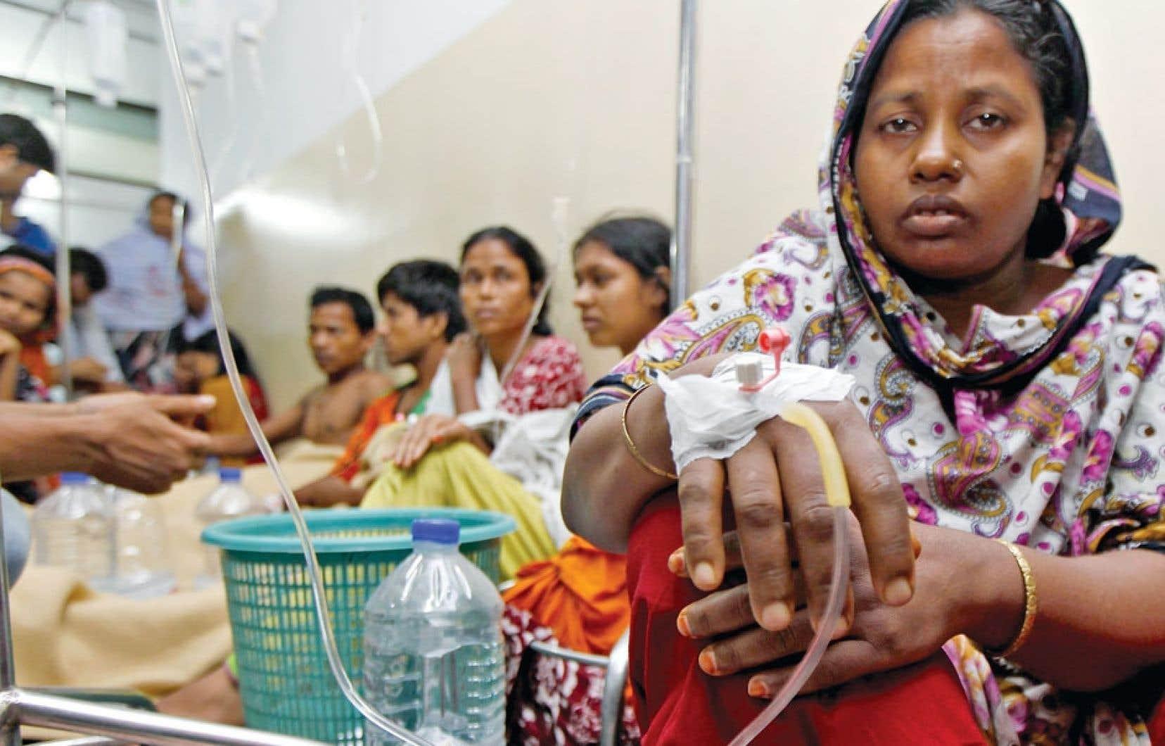 Des centaines de personnes reçoivent des perfusions intraveineuses. Elles sont tombées malades après avoir bu de l'eau contaminée dans leur usine de Dhaka, au Bangladesh.