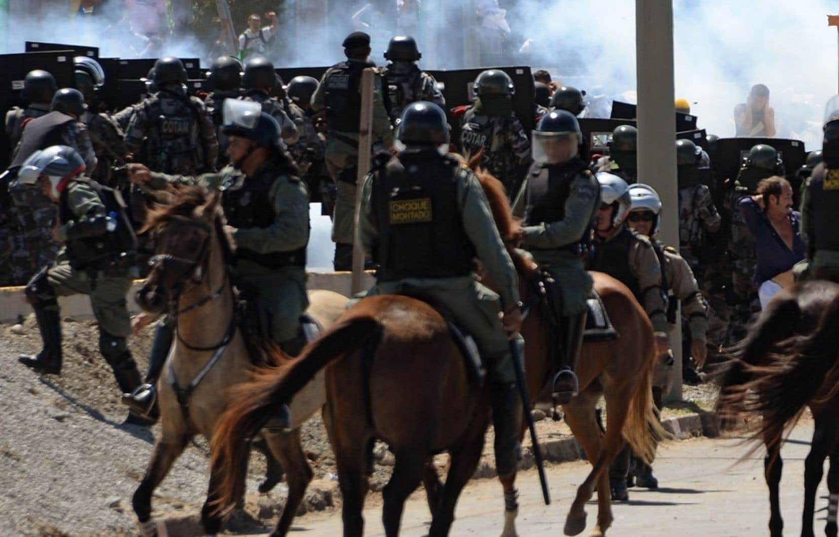 La cavalerie était sur place mercredi, à Fortaleza, pour maîtriser les manifestants.