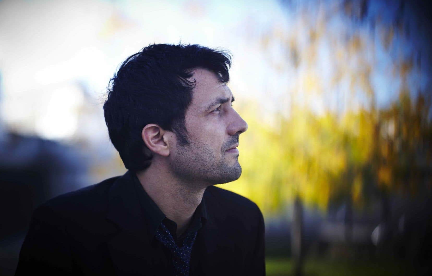 La musique d'Albin de la Simone a un je ne sais quoi de rêveur, et pourtant, il raconte des histoires bien réelles, personnelles.