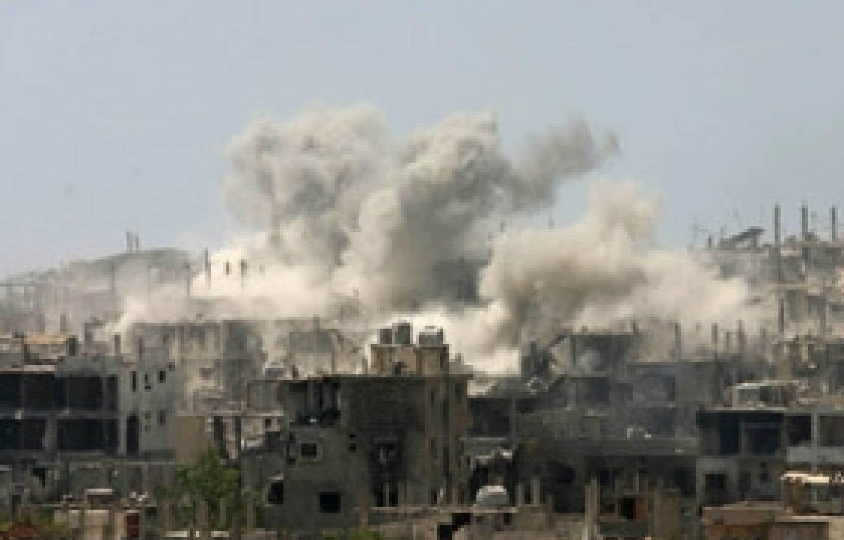 La fumée montait du camp de Nahr al-Bared hier.