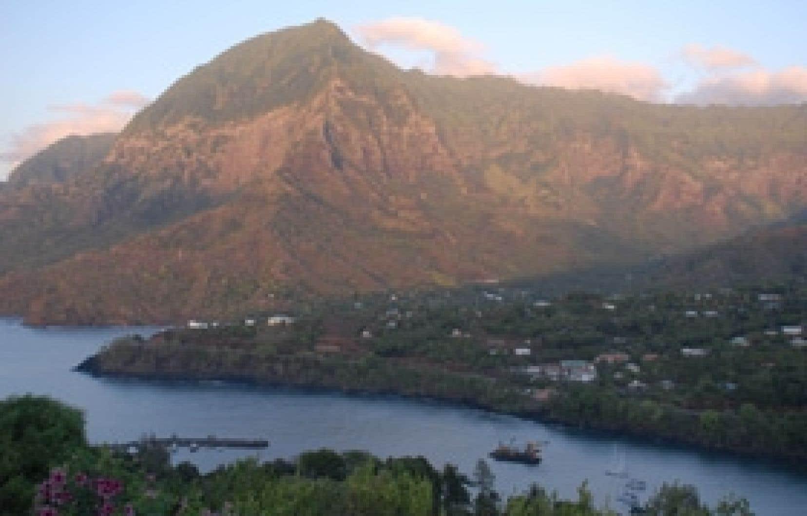 Le mont Temetiu et, en avant-plan, la baie des Traîtres par où Brel est arrivé à Hiva Oa. Photos: Gary Lawrence