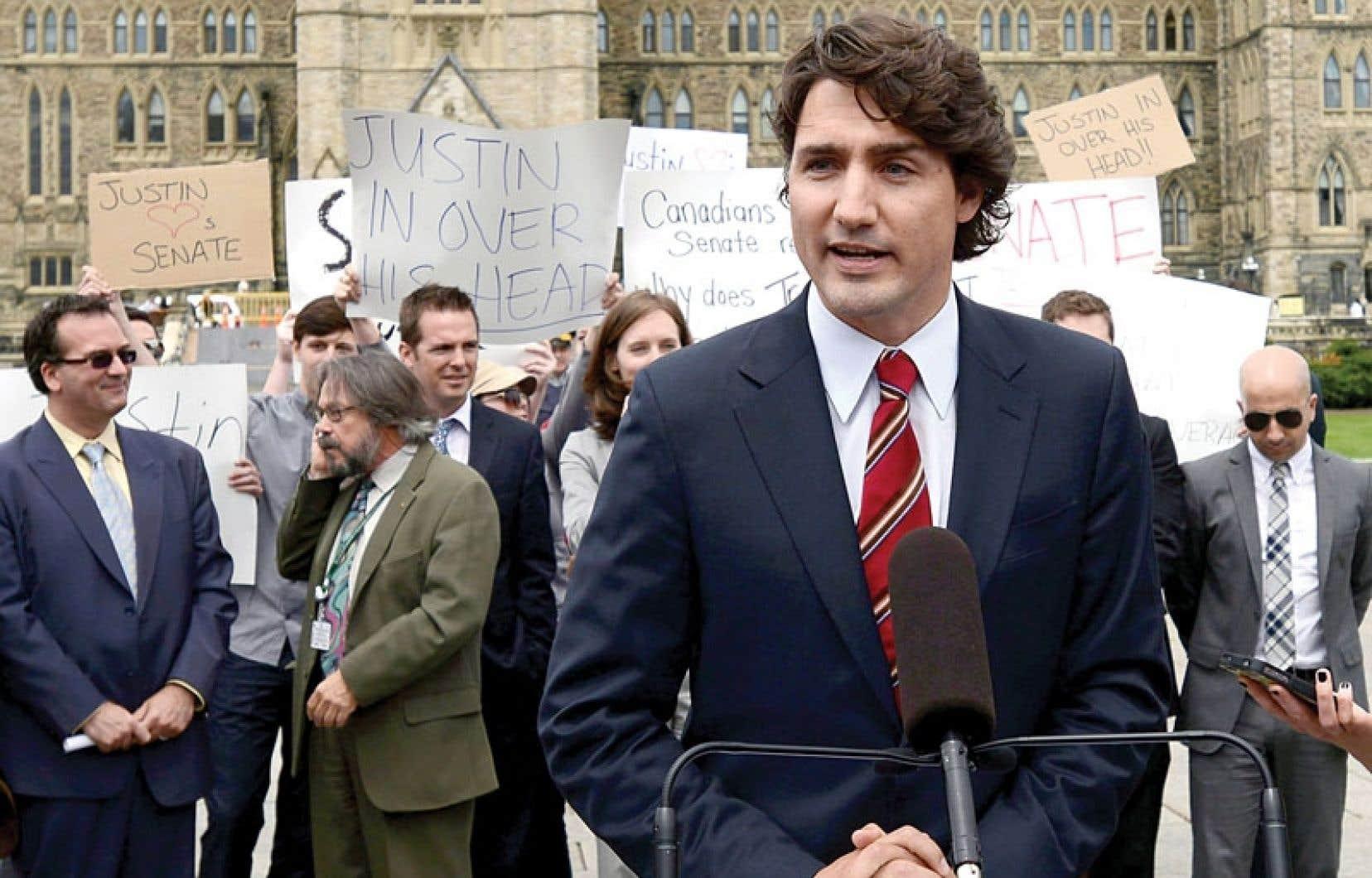 Début juin, une poignée de manifestants avaient subitement pris d'assaut une conférence de presse de Justin Trudeau. Leurs pancartes reprenaient les slogans mis de l'avant par le Parti conservateur dans sa campagne de publicités négatives lancée contre le chef libéral.