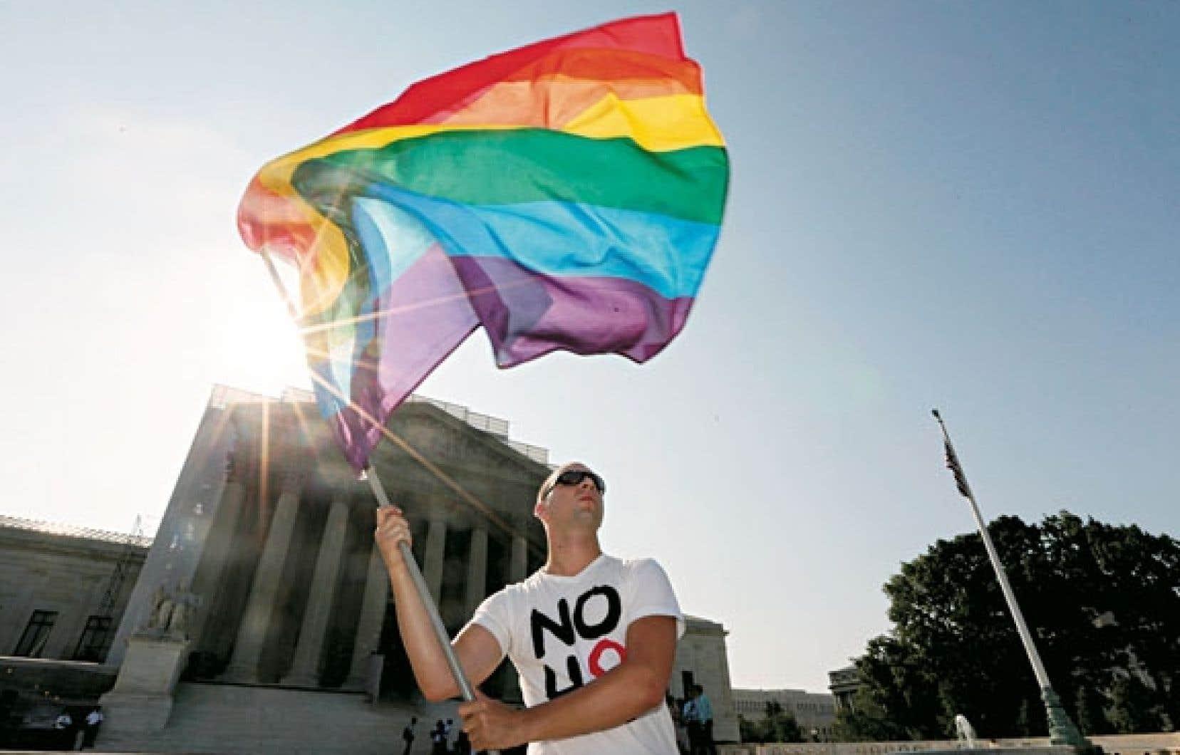 Un manifestant devant l'édifice de la Cour suprême des États-Unis, mardi