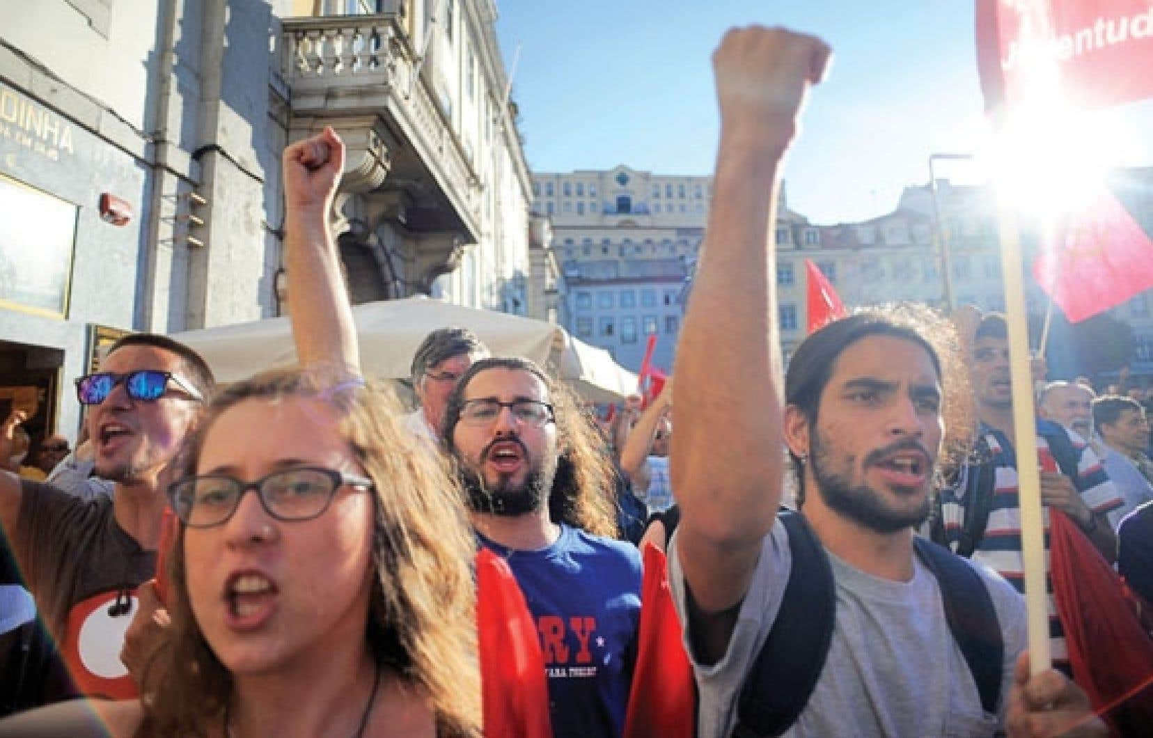 Le Parti communiste et les mouvements syndicaux poursuivent les manifestations pour réclamer la démission du gouvernement. La CGTP a appelé à manifester samedi devant le palais présidentiel.