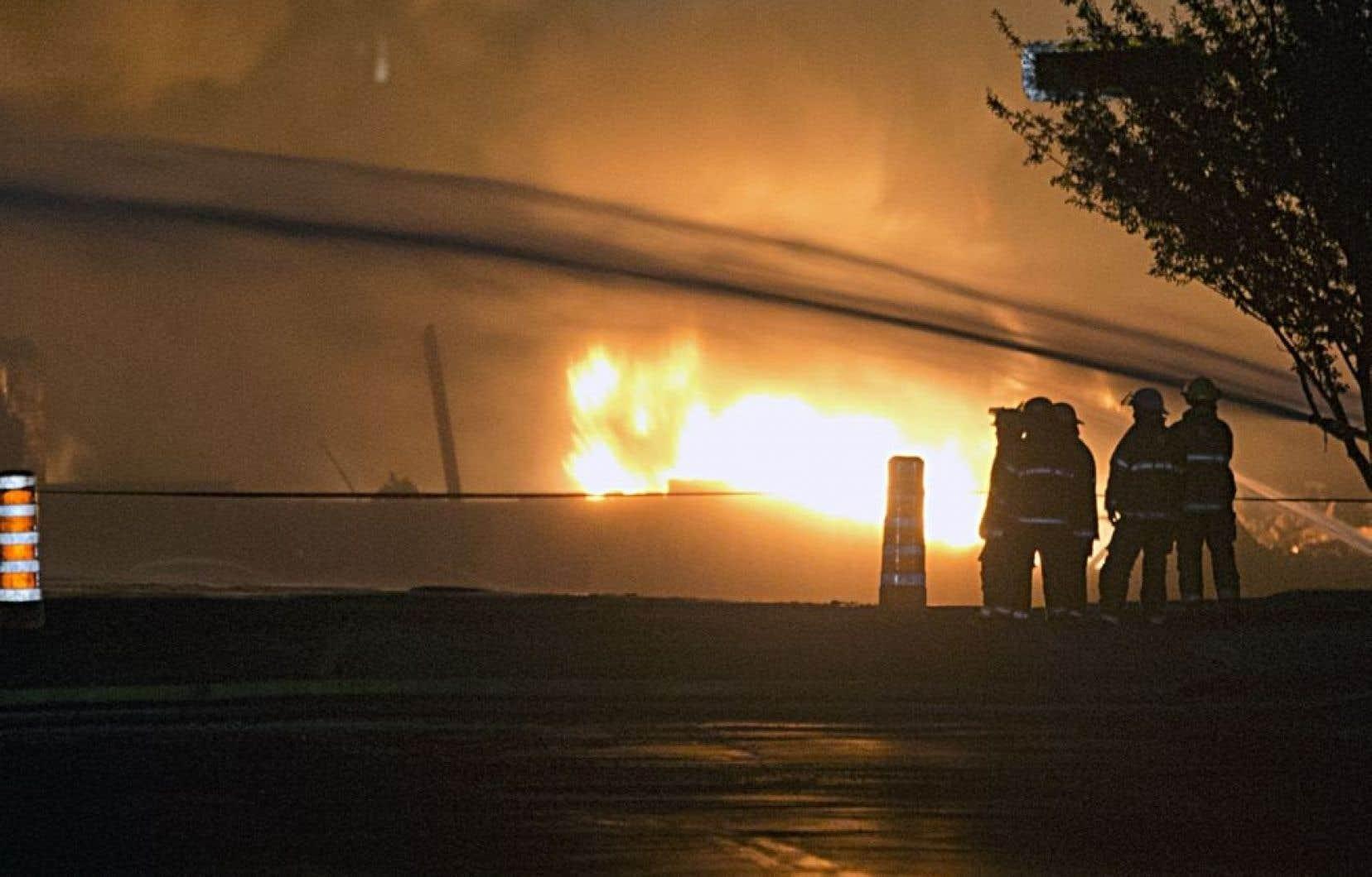L'enquête ne peut progresser tant et aussi longtemps que les flammes brûlent encore, ce qui était toujours le cas à 22h samedi.