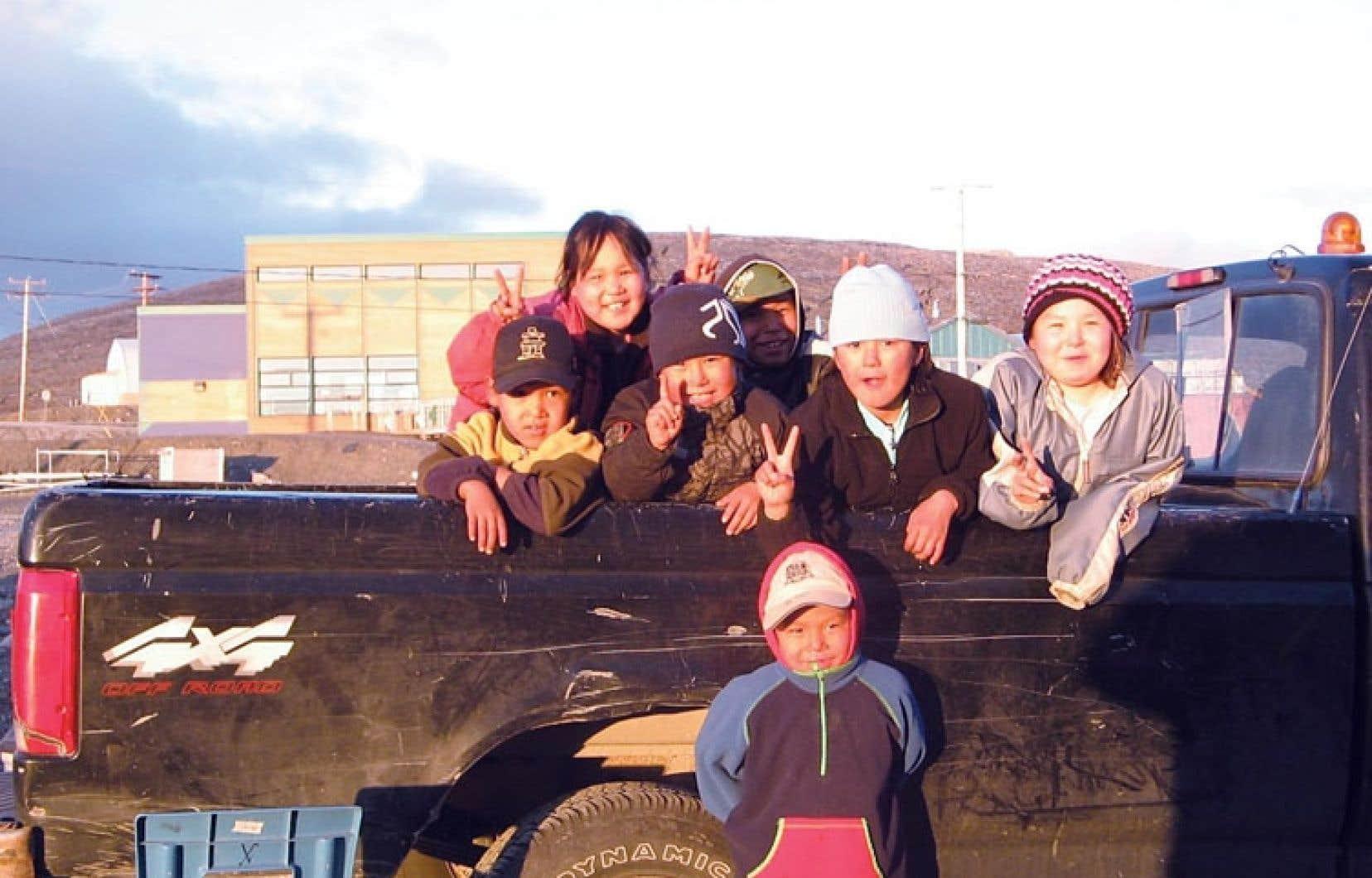 Enfants inuits du village Kangiqsujuaq, au Nunavik