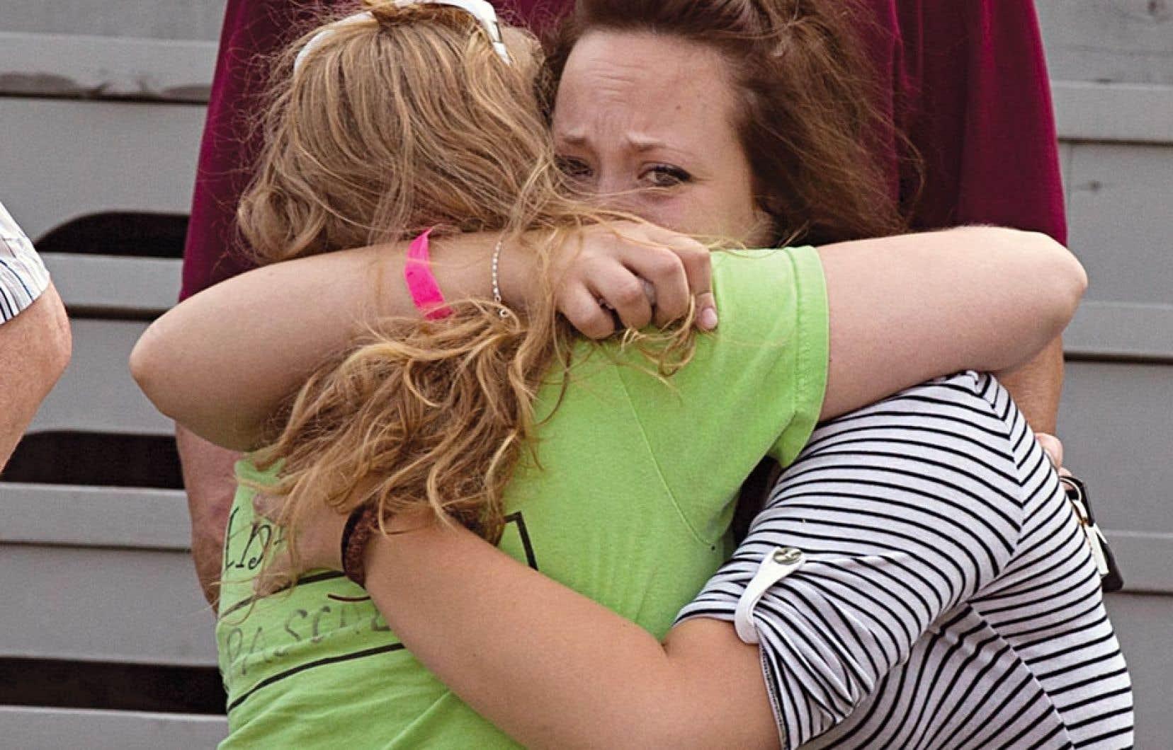 Des proches des disparus tentant de se réconforter, dimanche, à Lac-Mégantic.