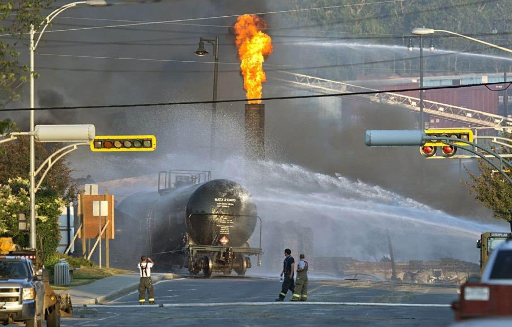 Le fait qu'un train chargé de pétrole se soit déplacé sans conducteur dans le coeur d'une petite municipalité pour ensuite détruire une partie de son centre-ville domine les manchettes des articles publiés dans le monde.