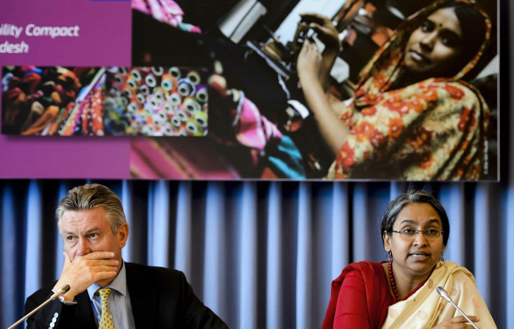 La ministre des Affaires étrangères du Bangladesh, Dipu Moni, aux côtés du commissaire européen au commerce, Karel De Gucht.