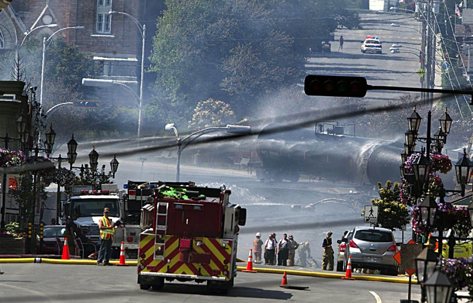Les pompiers ont cessé d'arroser les wagons de la MMA qui demeurent sur le site.