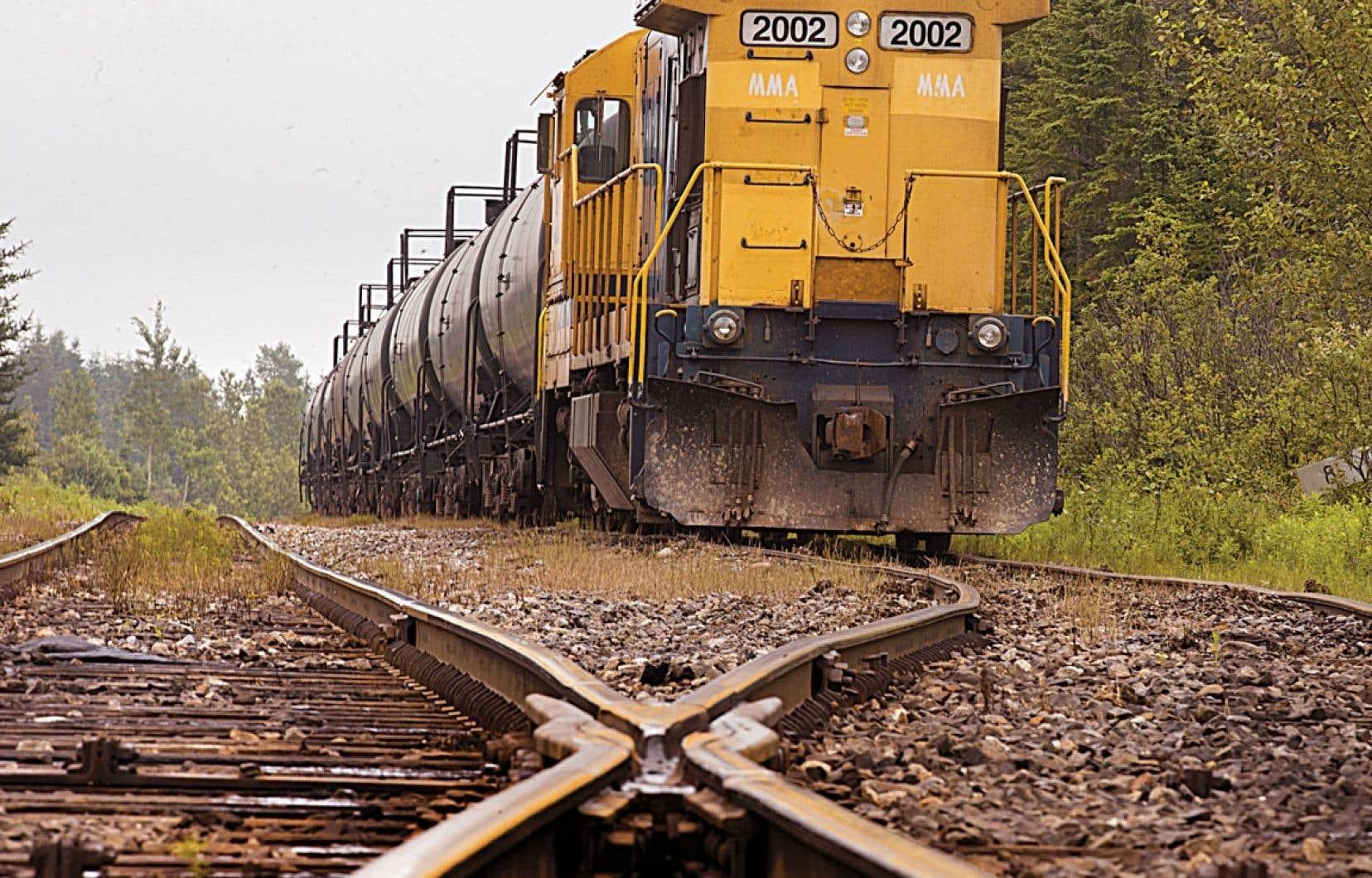 Les oléoducs actuels sont utilisés à leur pleine capacité et le seul moyen de répondre à la demande est le train.