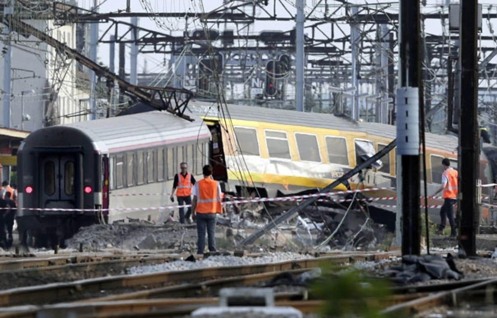 Le train est sorti de sa trajectoire à la gare de Bretigny-sur-Orge, au sud de Paris. Le bilan des victimes s'élève jusqu'à maintenant à six personnes.