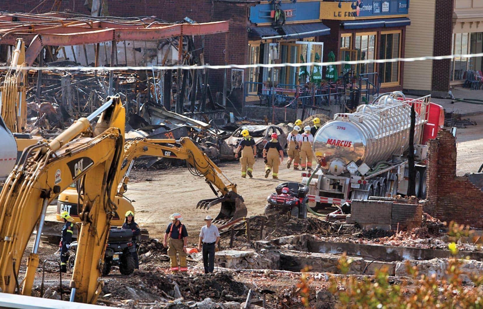 Le travail des pompiers, des policiers et des enquêteurs se poursuivait vendredi dans la « zone rouge ».