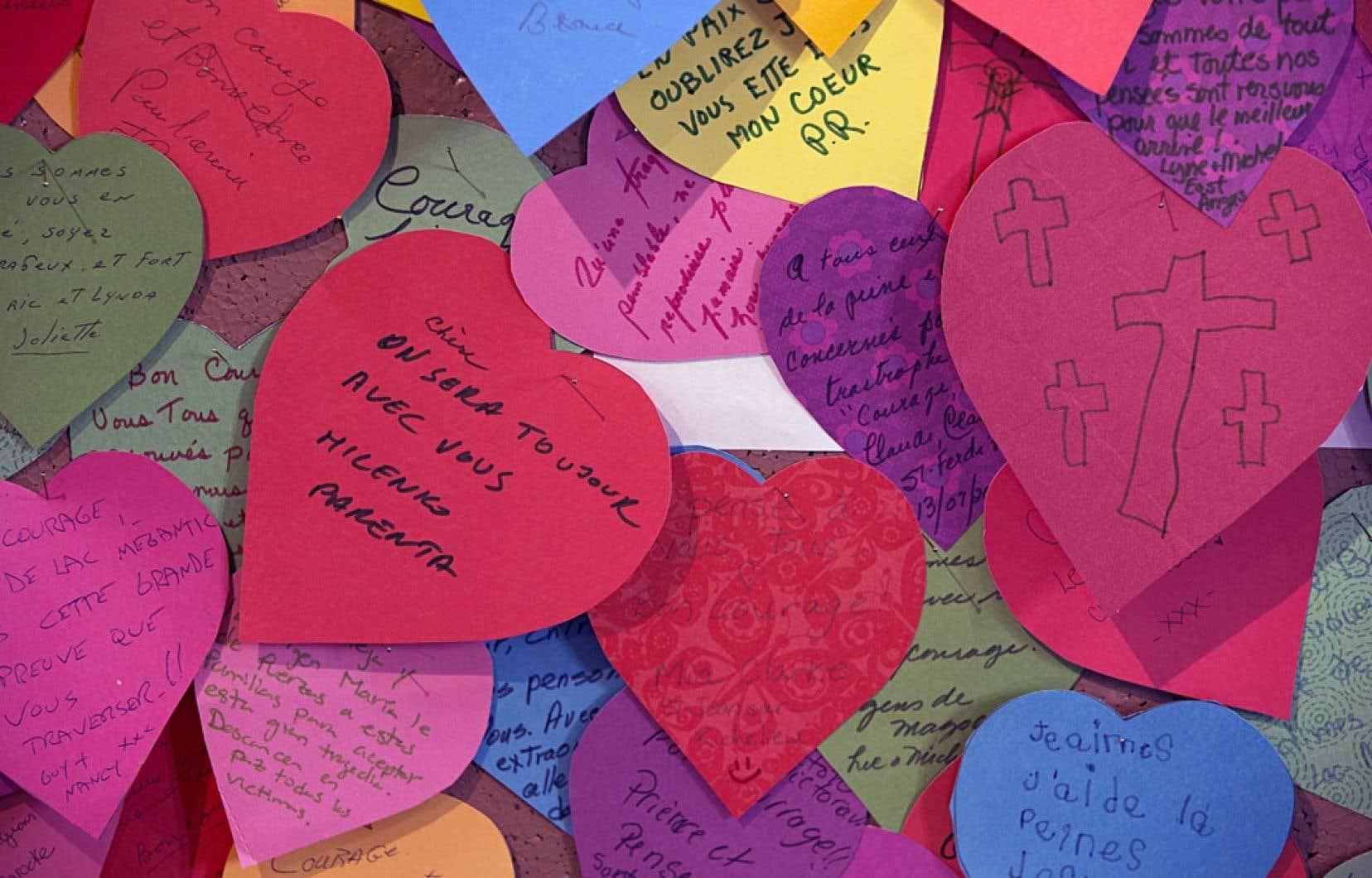 Les messages de sympathie à l'intention des proches des victimes de la tragédie tapissent de larges panneaux à l'église Sainte-Agnès de Lac-Mégantic.