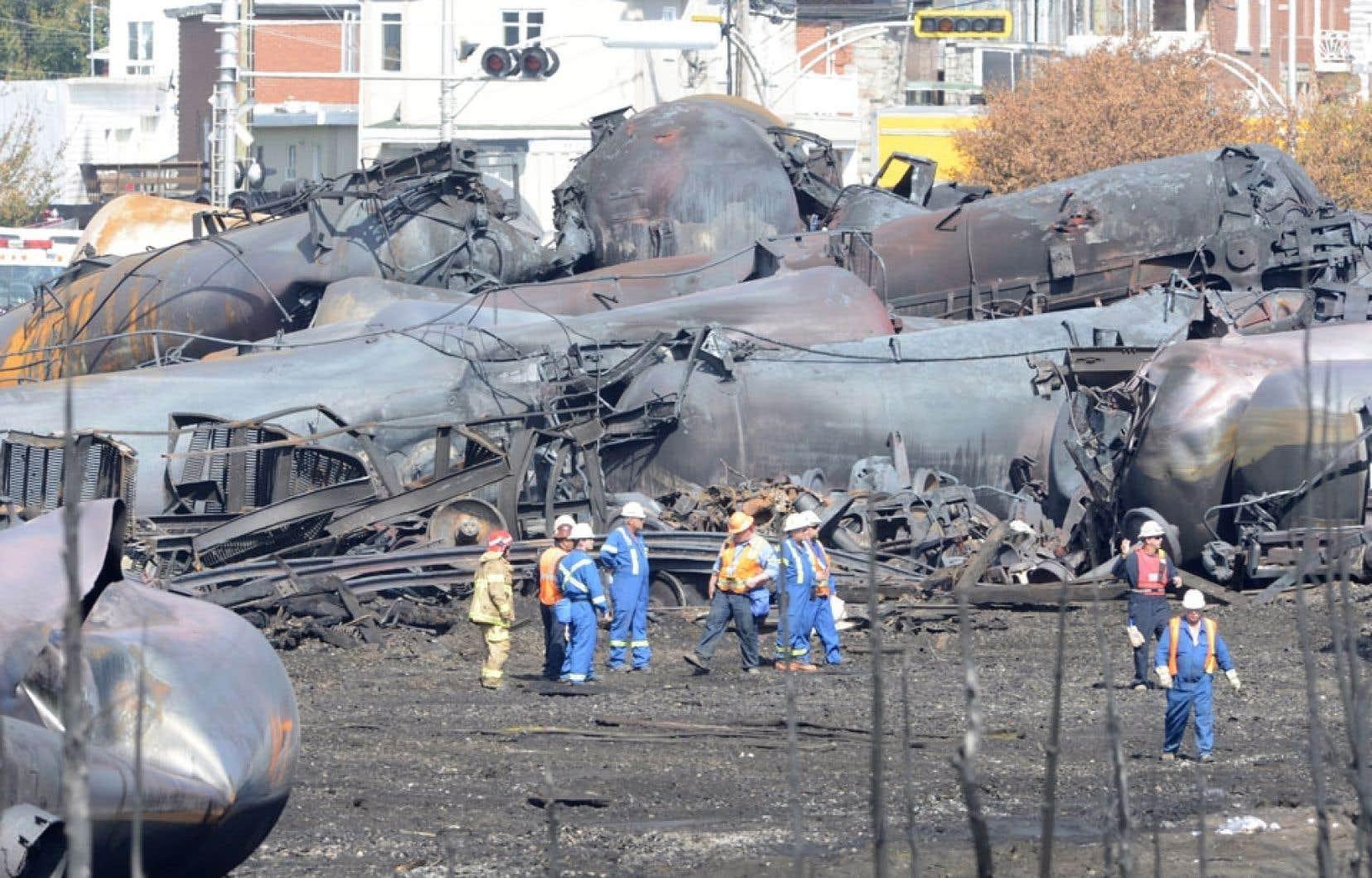 La moitié des 72 wagons calcinés a été retirée du périmètre à ce jour afin qu'on puisse les décontaminer et les détruire.
