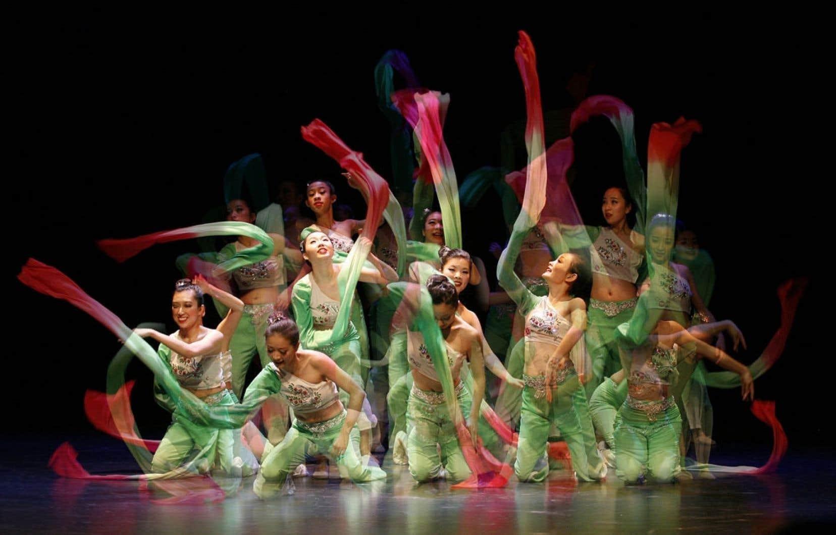 La troupe artistique Phoenix (Hua Yun) chantera et dansera en présentant une succession de tableaux relatant les différentes dynasties de l'Empire chinois.