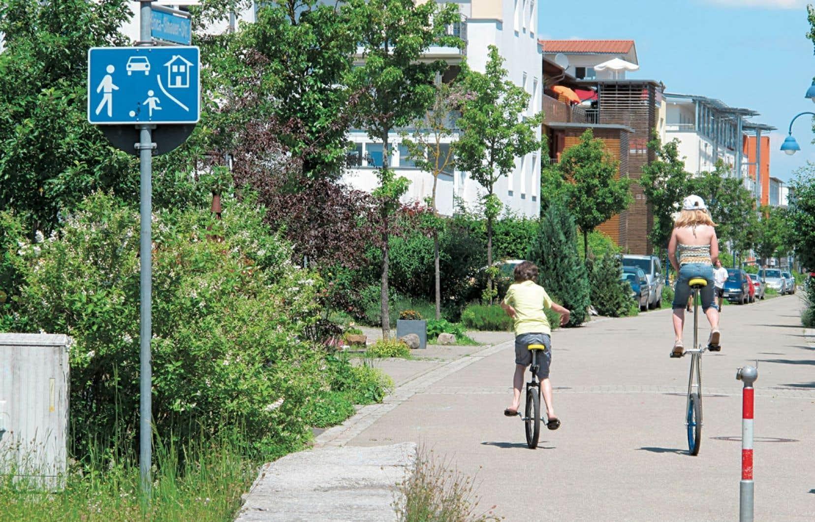 Certaines rues du quartier Rieselfeld (champ d'épandage, en allemand) sont des terrains de jeu où les voitures doivent rouler à 5 km/h parmi les enfants.