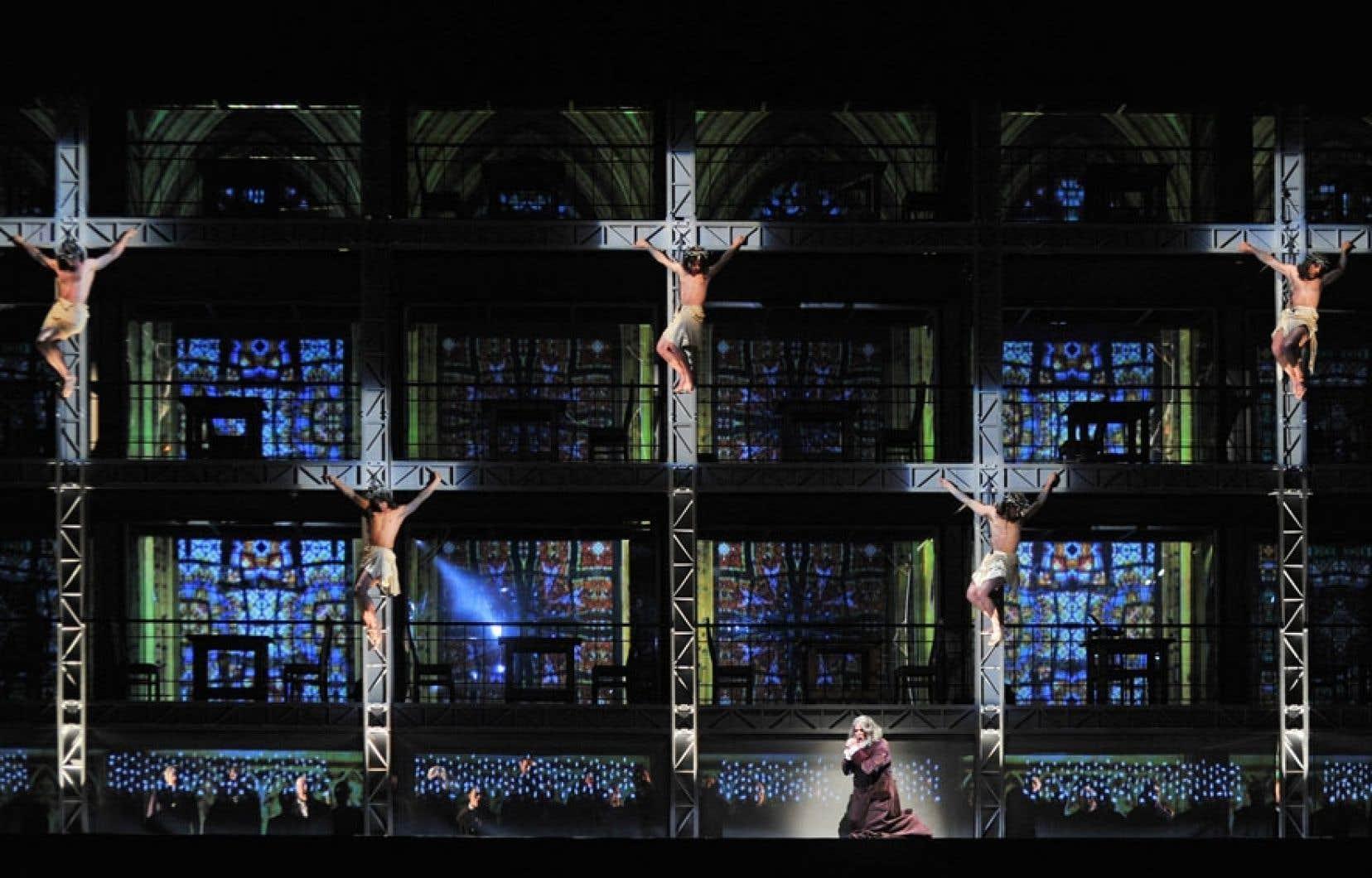 La scène où Marguerite monte une échelle pour gagner les cieux dans La damnation de Faust.
