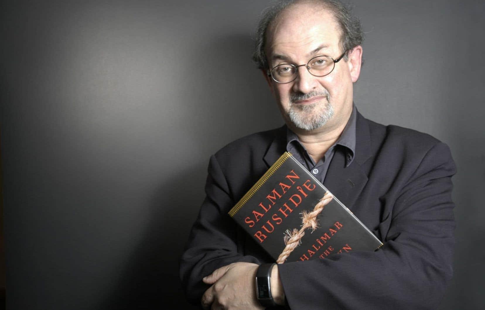 Salman Rushdie pose avec son livre nettoyé en vitesse dans le studio improvisé de notre photographe.