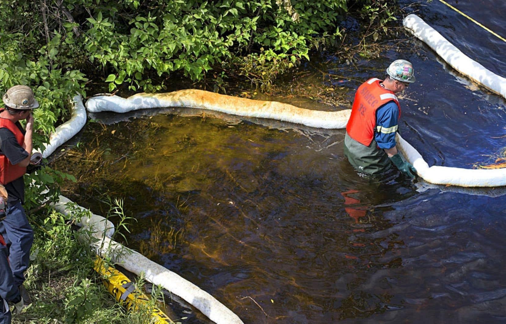 Travaux de nettoyage à la rivière Chaudière, à Lac-Mégantic. « Il est hors de question que ce soit les contribuables québécois qui paient », dit le ministre de l'Environnement, Yves-François Blanchet.
