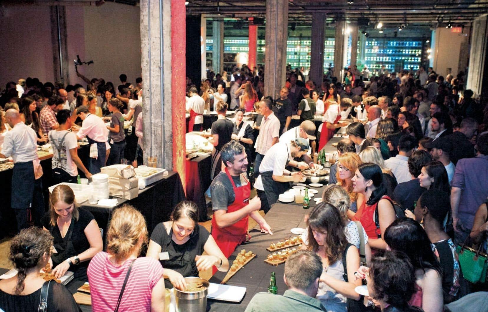 L'année dernière, plusieurs centaines de personnes ont pu déguster ce que les chefs avaient préparé pour la soirée Omnivorious. Cet événement se tient à nouveau samedi soir à la Société des arts technologiques (SAT) de Montréal.