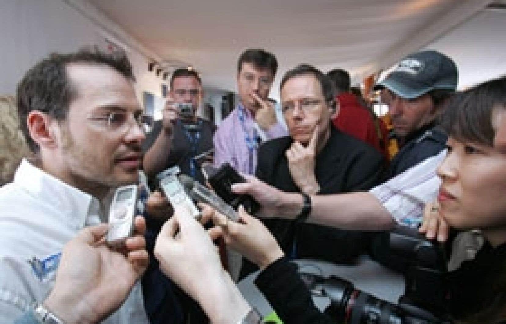 Jacques Villeneuve, particulièrement détendu et très sollicité, a passé la journée d'hier à répondre aux questions de la presse et à faire des relations publiques.