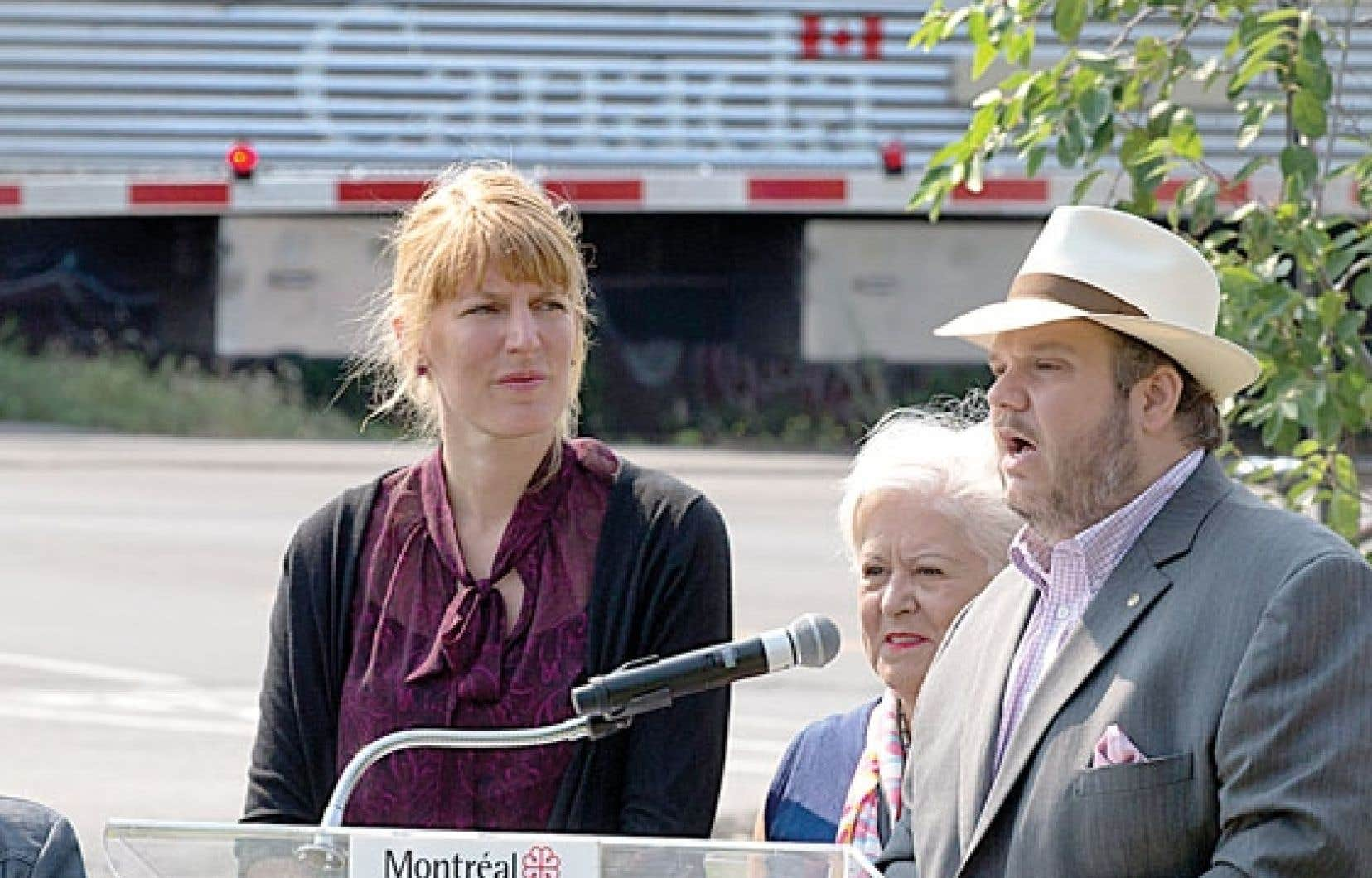 Louise Harel (au centre) déposera une motion pour demander à Québec et à Ottawa d'agir. Elle était accompagnée de Véronique Fournier, conseillère, et de Benoît Dorais, maire du Sud-Ouest.