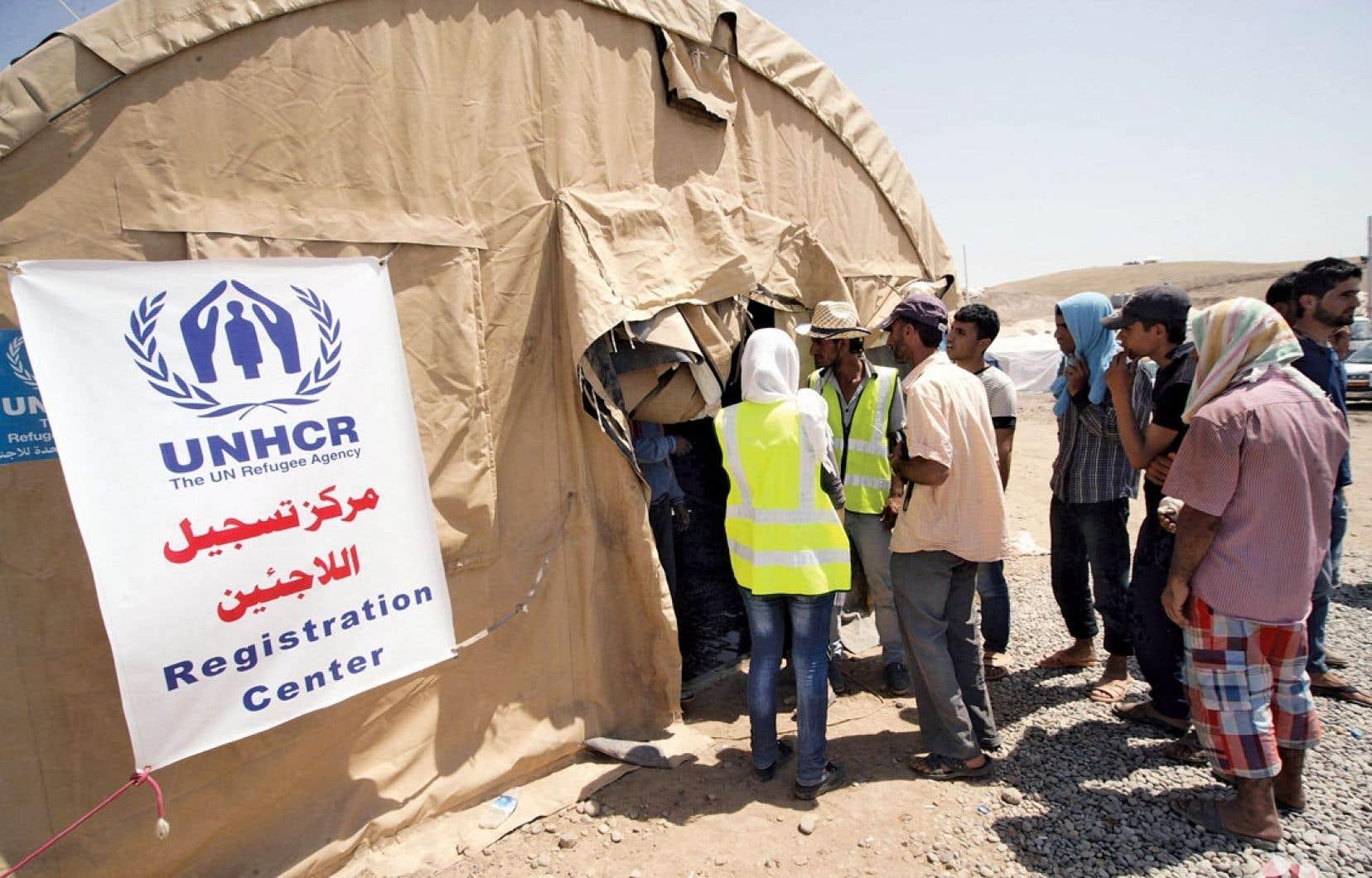 Beaucoup de Syriens, des Kurdes surtout, ont trouvé refuge en Irak, notamment au camp de Quru Gusik situé dans la région du Kurdistan irakien. Ci-dessus, quelques Syriens s'enregistraient au camp, samedi.