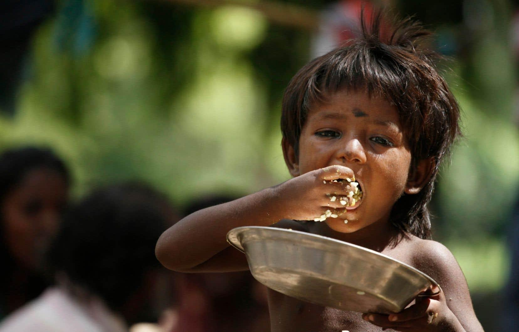 Un enfant sans-abri ayant recours à l'aide alimentaire à Allahabad, en Inde.