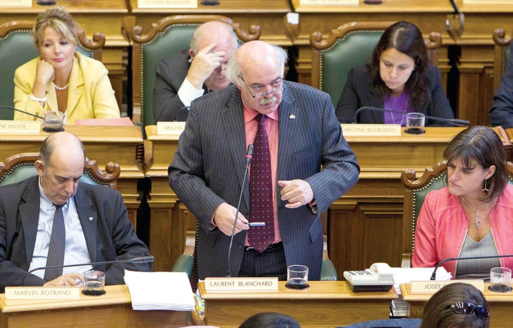 Le maire Laurent Blanchard a dû défendre lundi la décision de son administration de geler les budgets des arrondissements pour 2014.