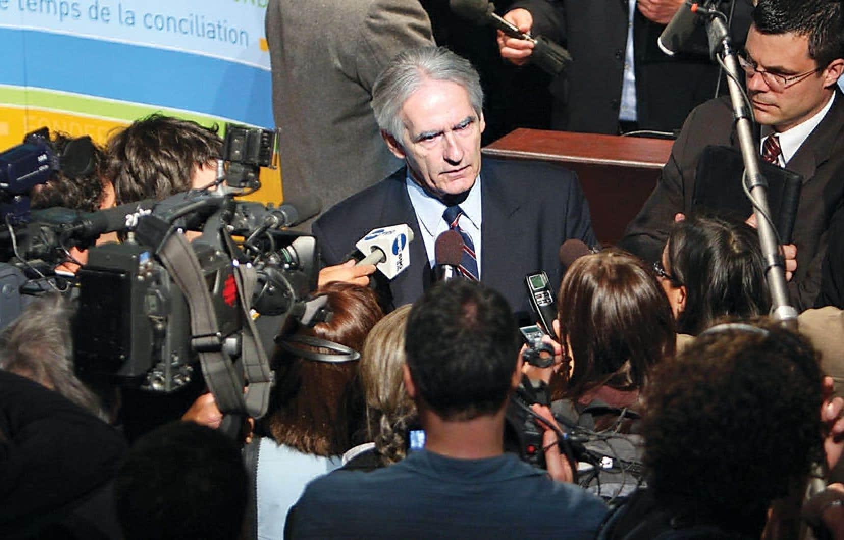 Gérard Bouchard, qui présidait en 2008 avec Charles Taylor la Commission de consultation sur les pratiques d'accommodement reliées aux différences culturelles, répondant aux questions des journalistes lors du dépôt du rapport.