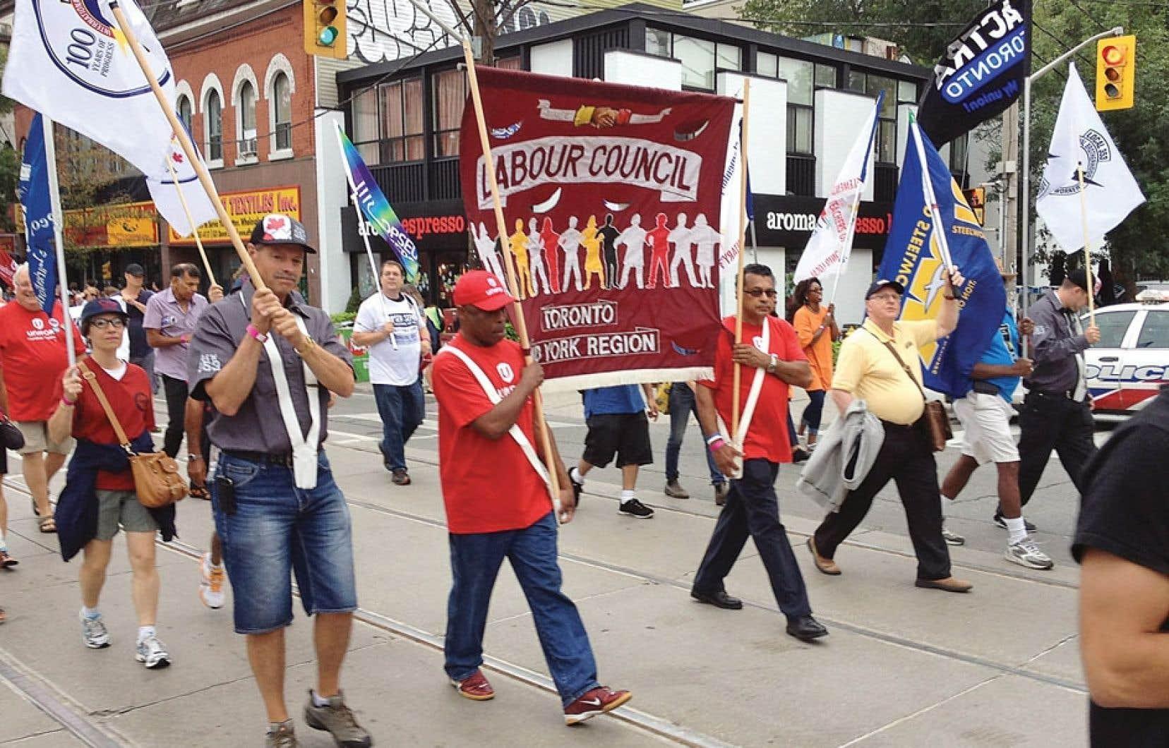Des centaines de syndiqués ont envahi les rues de Toronto.