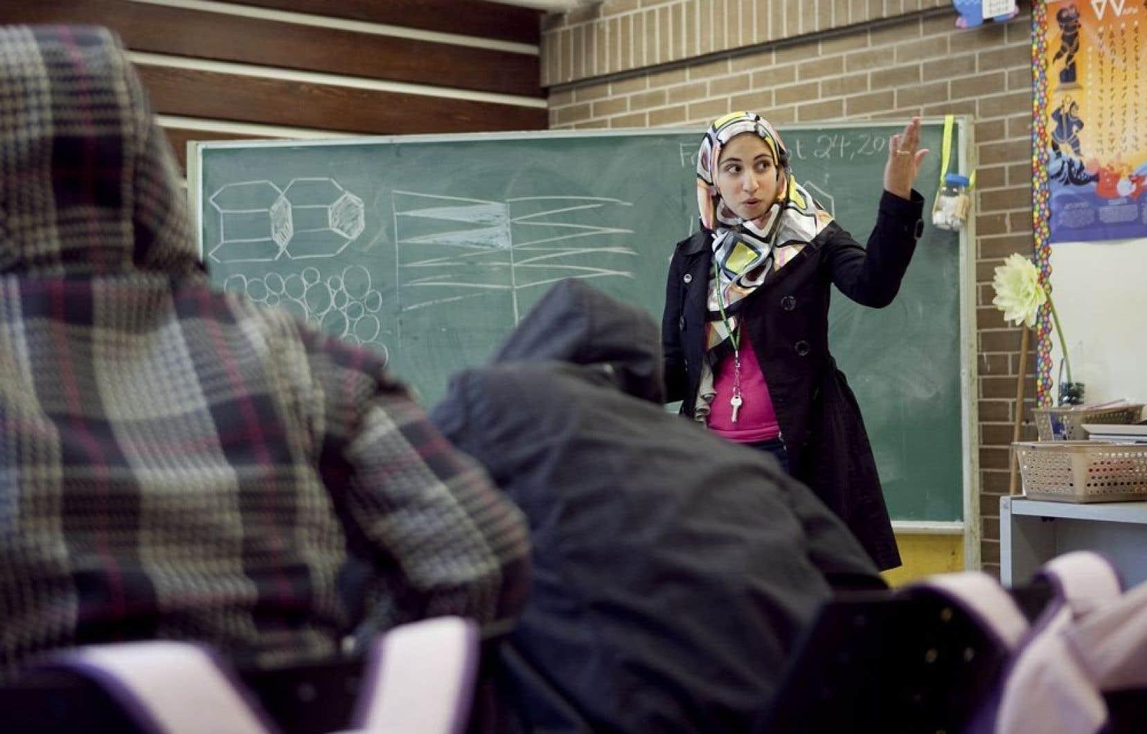 La FAE considère qu'il est normal qu'un enseignant porte la kippa, la croix ou le hidjab dans le cas des enseignantes.