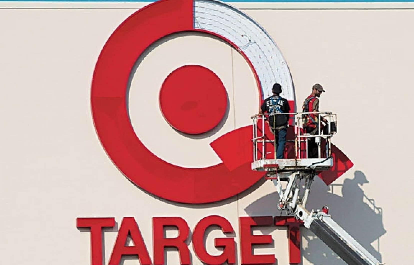 Des travailleurs installent le logo de la chaîne Target.
