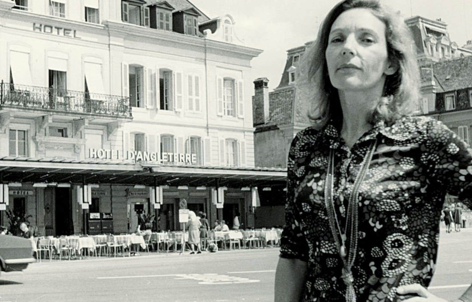 Andrée Yanacopoulo en 1972, prise par Hubert Aquin devant l'hôtel d'Angleterre, Ouchy, en Suisse.