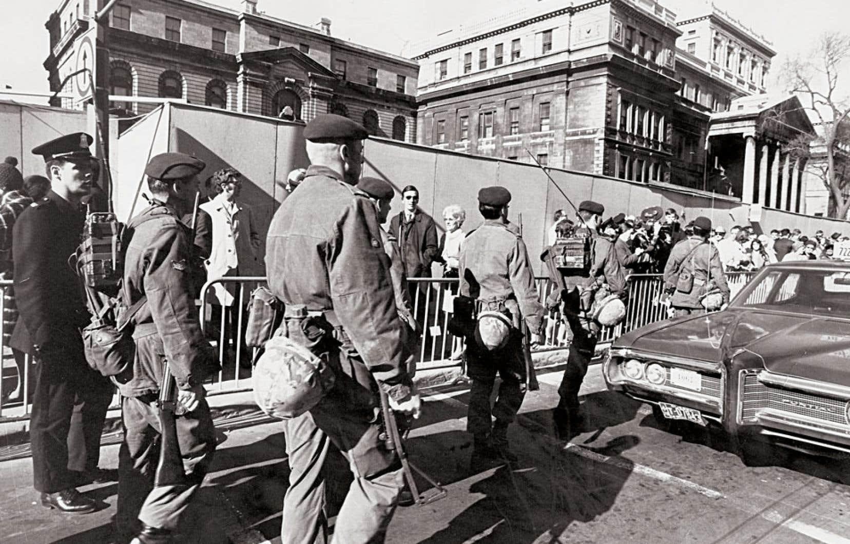 15 octobre 1970. Des soldats se déploient dans les rues de Montréal.