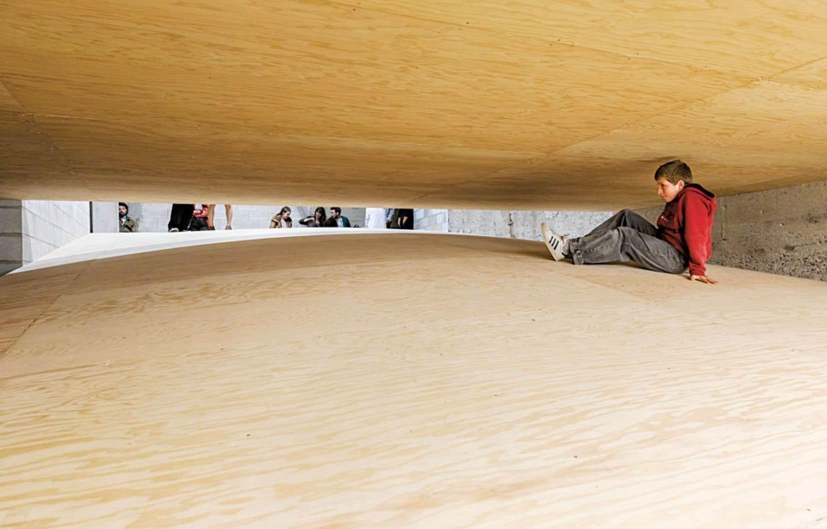 L'œuvre L'un sur l'autre d'Alexandre David est faite de structures de bois qui éprouvent les limites du lieu.