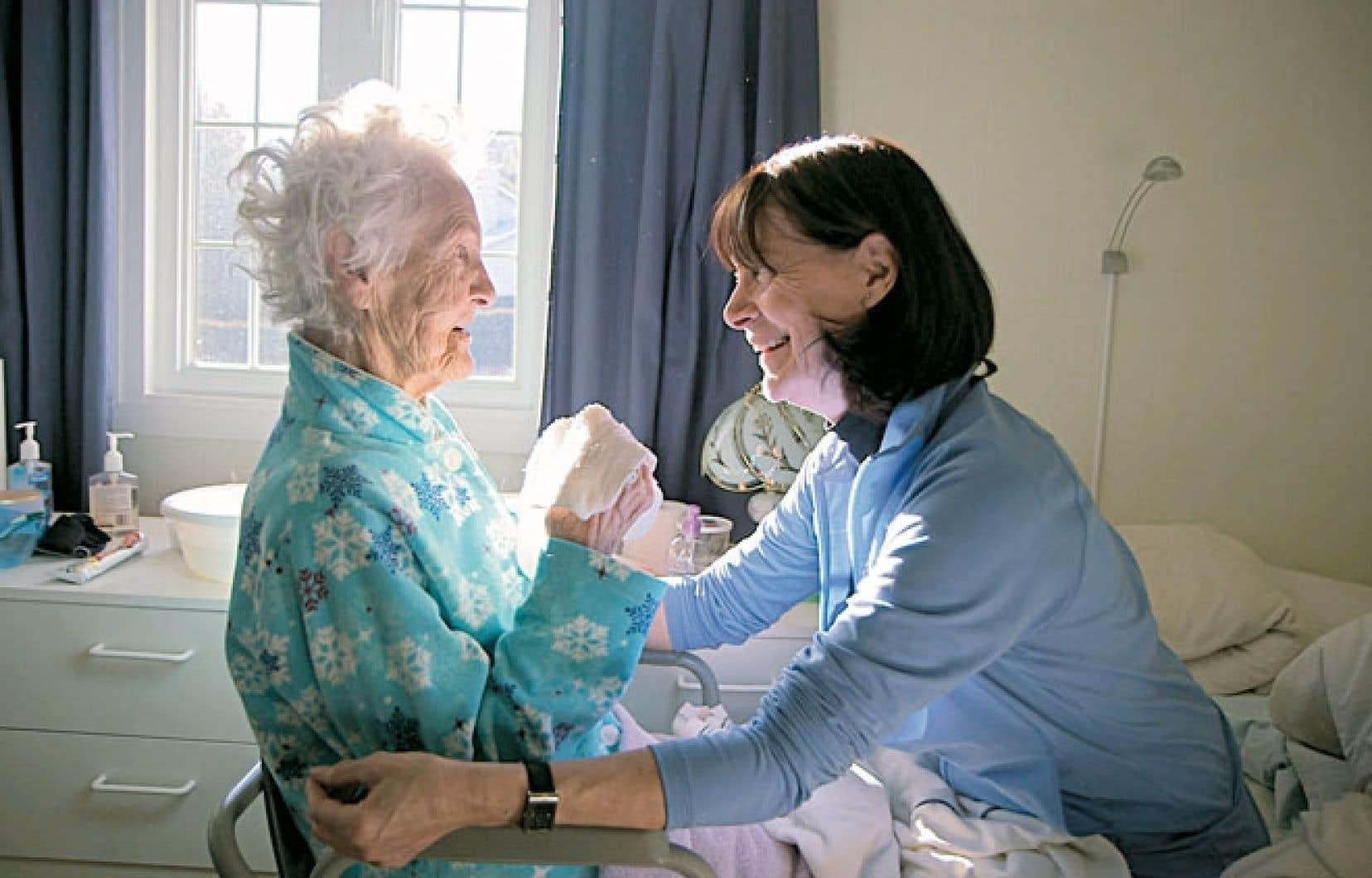 Le film de Caroline Vadeboncoeur et Sylvie Rosenthal est le cri du coeur des proches aidants pour un soutien concret. Sur la photo, Louise prend soin de sa mère Thérèse.