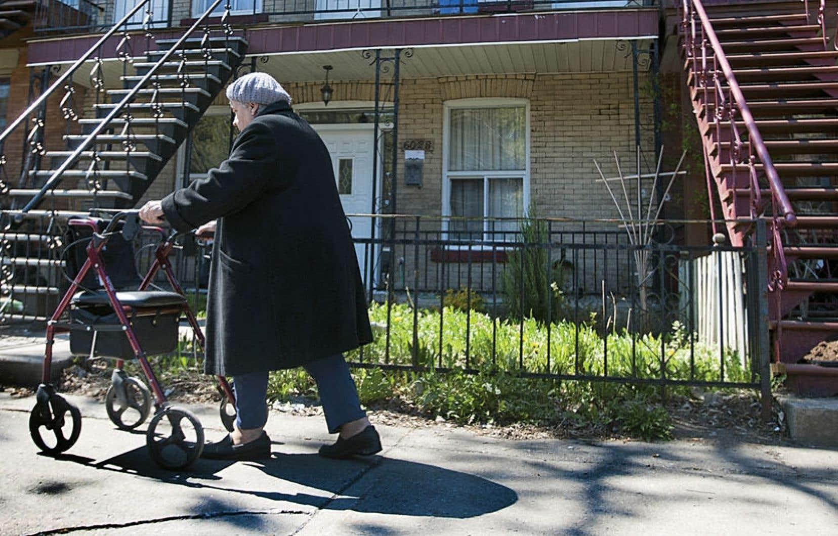 Avec le vieillissement de la population, de plus en plus de personnes deviennent proches aidants.