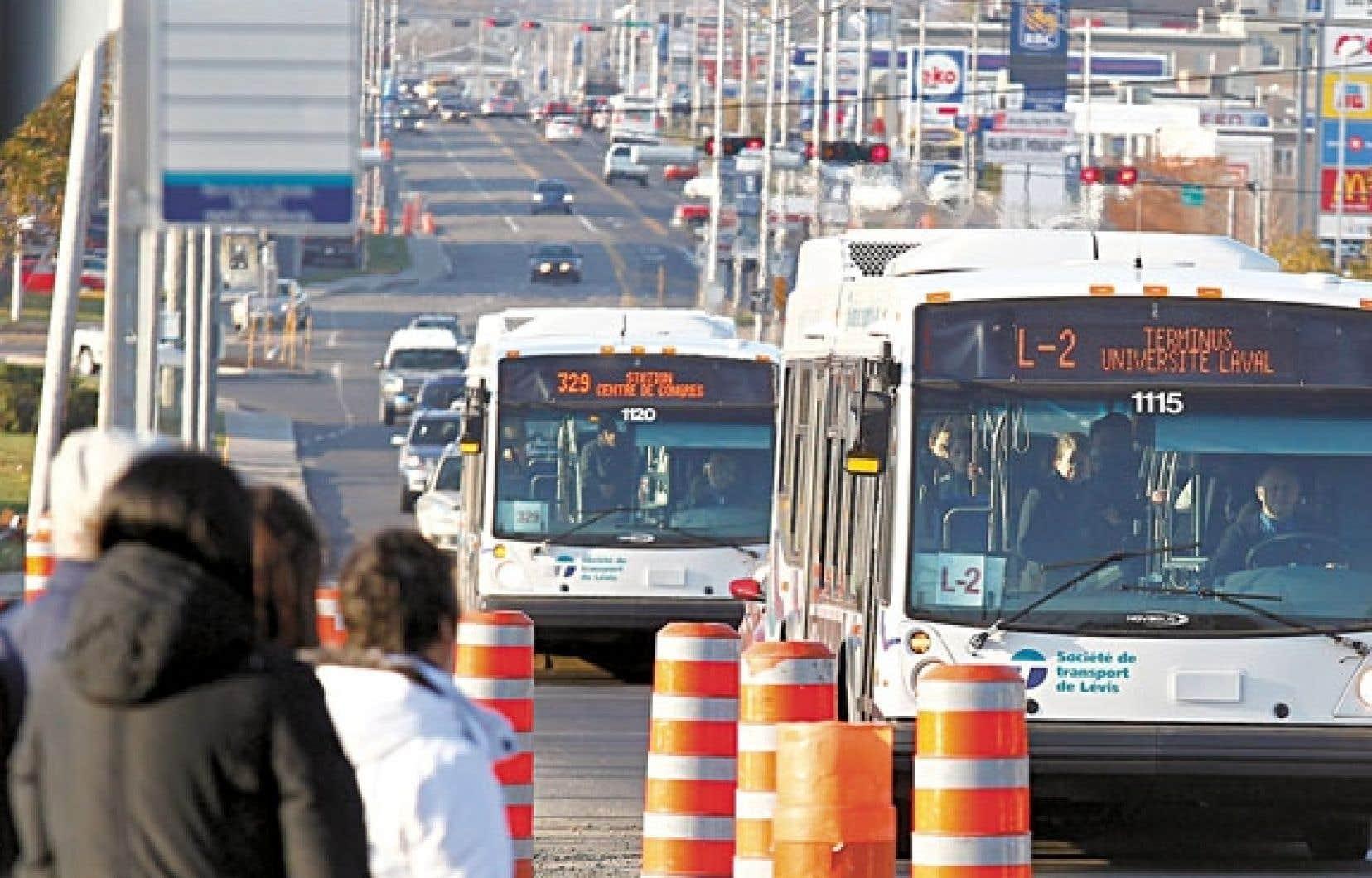 Sur 179 villes québécoises, Lévis se classe 139e pour le transport en commun, rappelle un des candidats à la mairie de la municipalité.